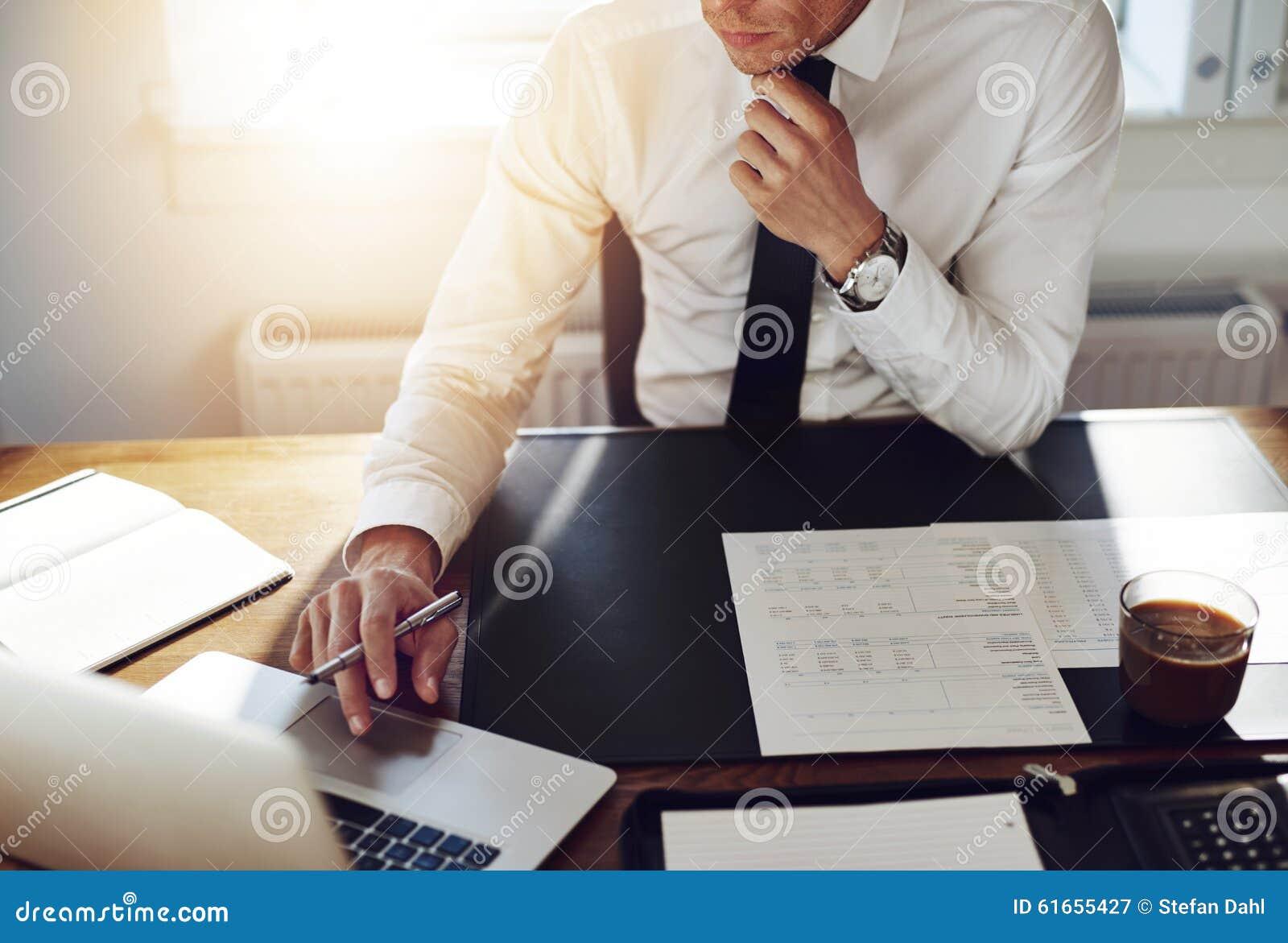 Homme d affaires travaillant au bureau, concept d avocat de conseiller