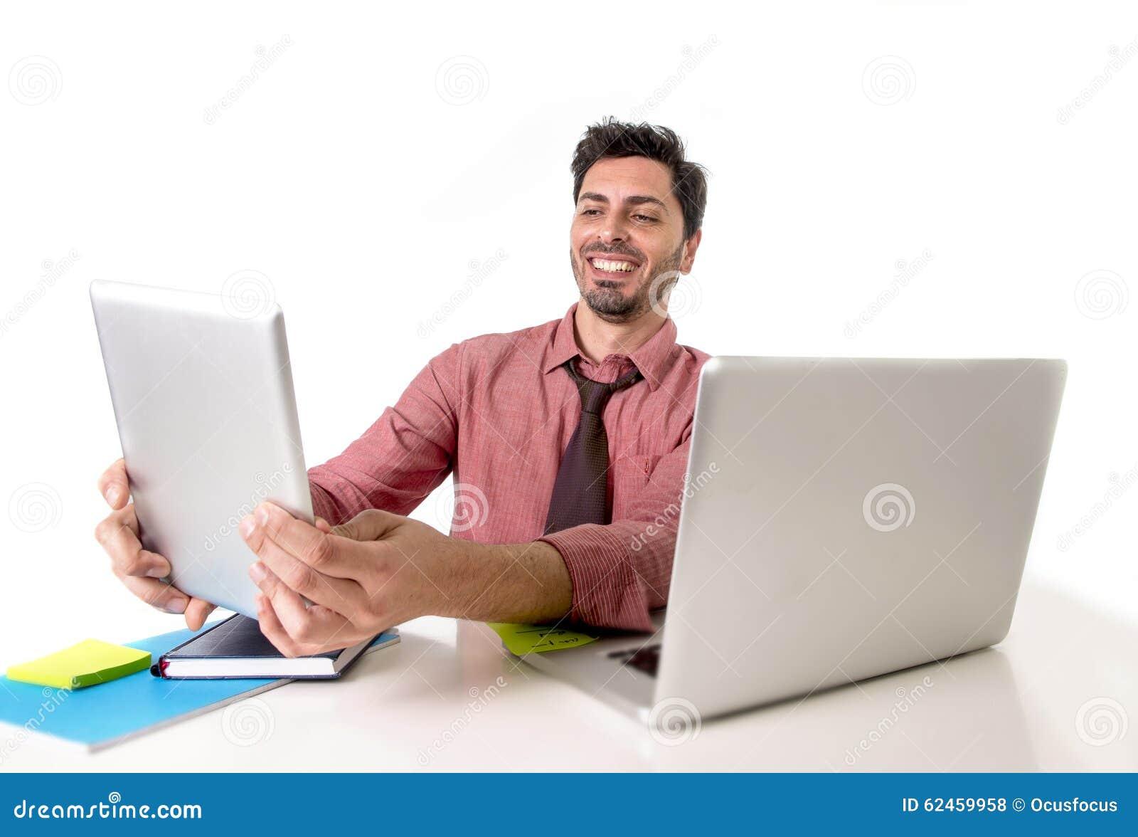 Homme d affaires travaillant au bureau utilisant la séance heureuse de sourire de protection numérique de comprimé devant l ordin