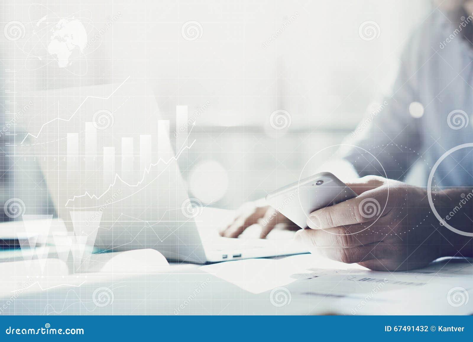 Homme d affaires travaillant avec le carnet générique de conception Tenir le smartphone dans des mains Interface mondiale de tech