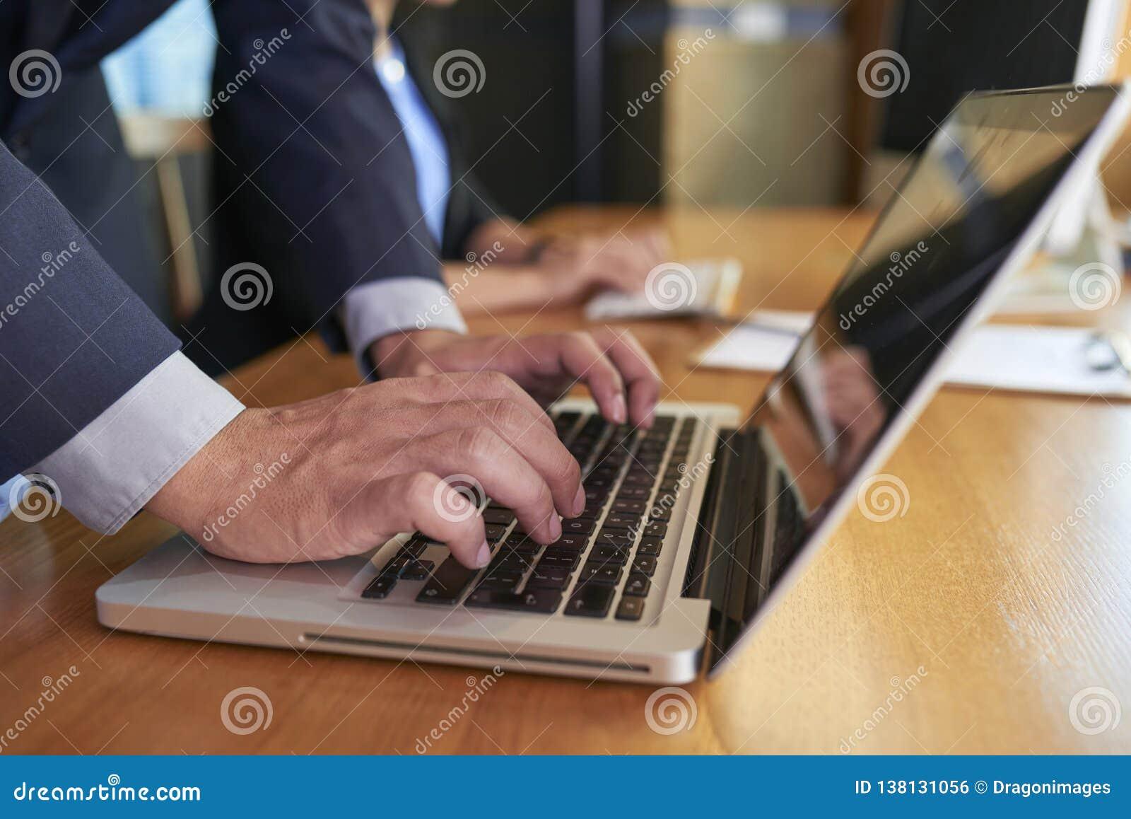 Homme d affaires travaillant sur l ordinateur portatif