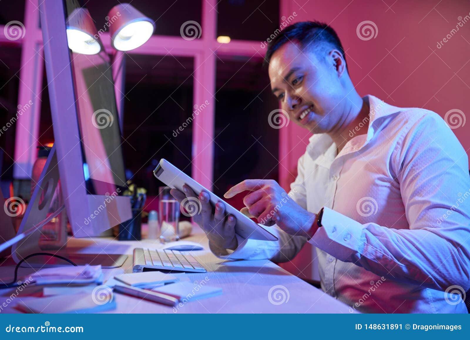 Homme d affaires travaillant sur le PC de comprim? au bureau