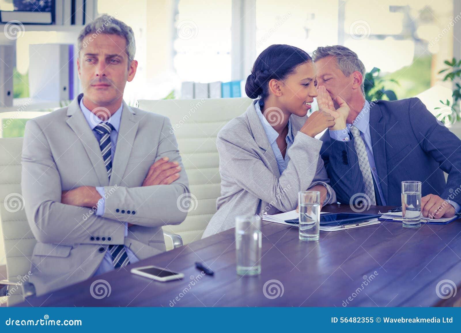 Homme d affaires triste regardant toujours tandis que ses collègues parle