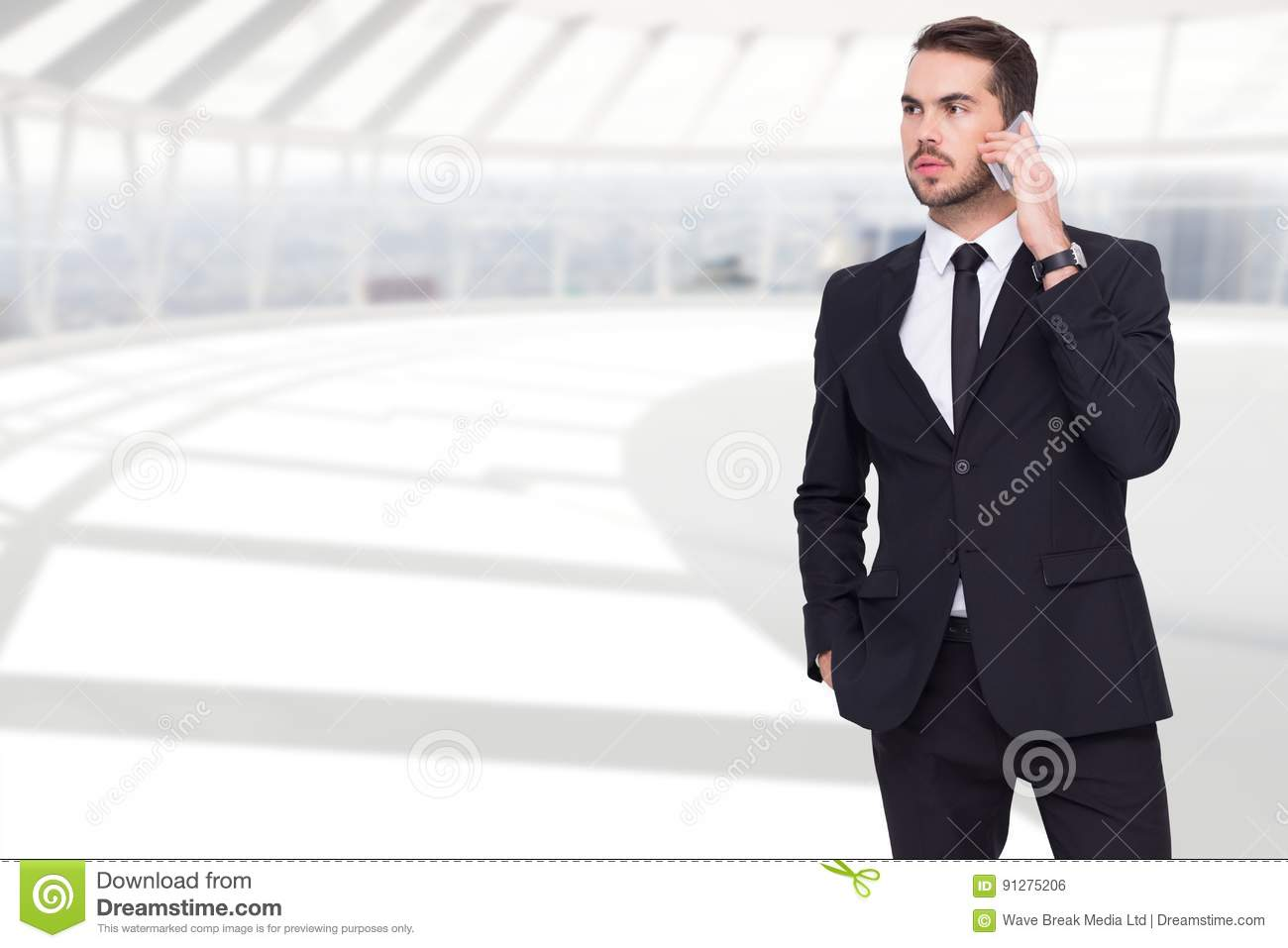 Homme d affaires Using Mobile Phone dans le bureau