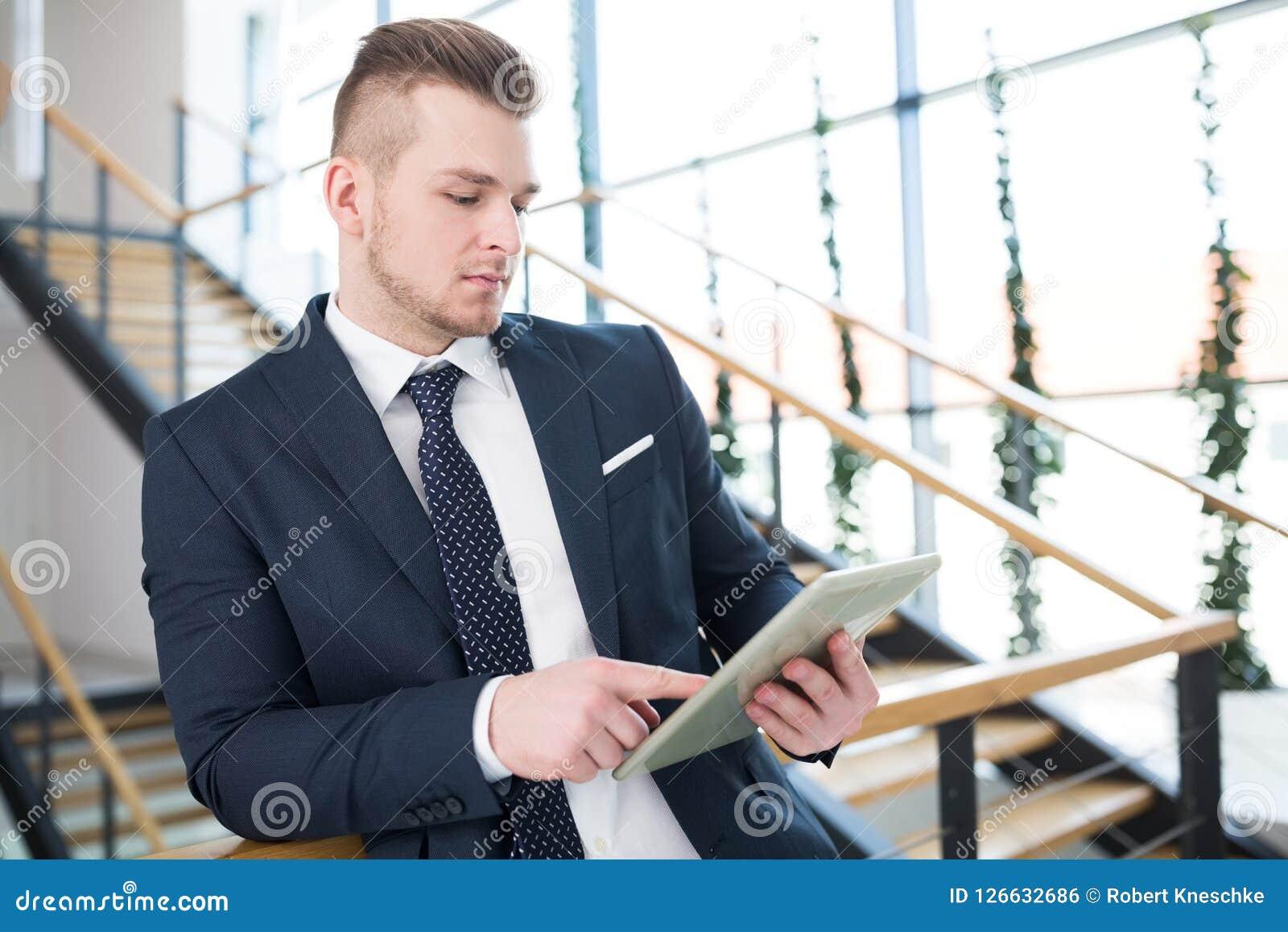 Homme d affaires Using Tablet Computer tout en se penchant sur la clôture