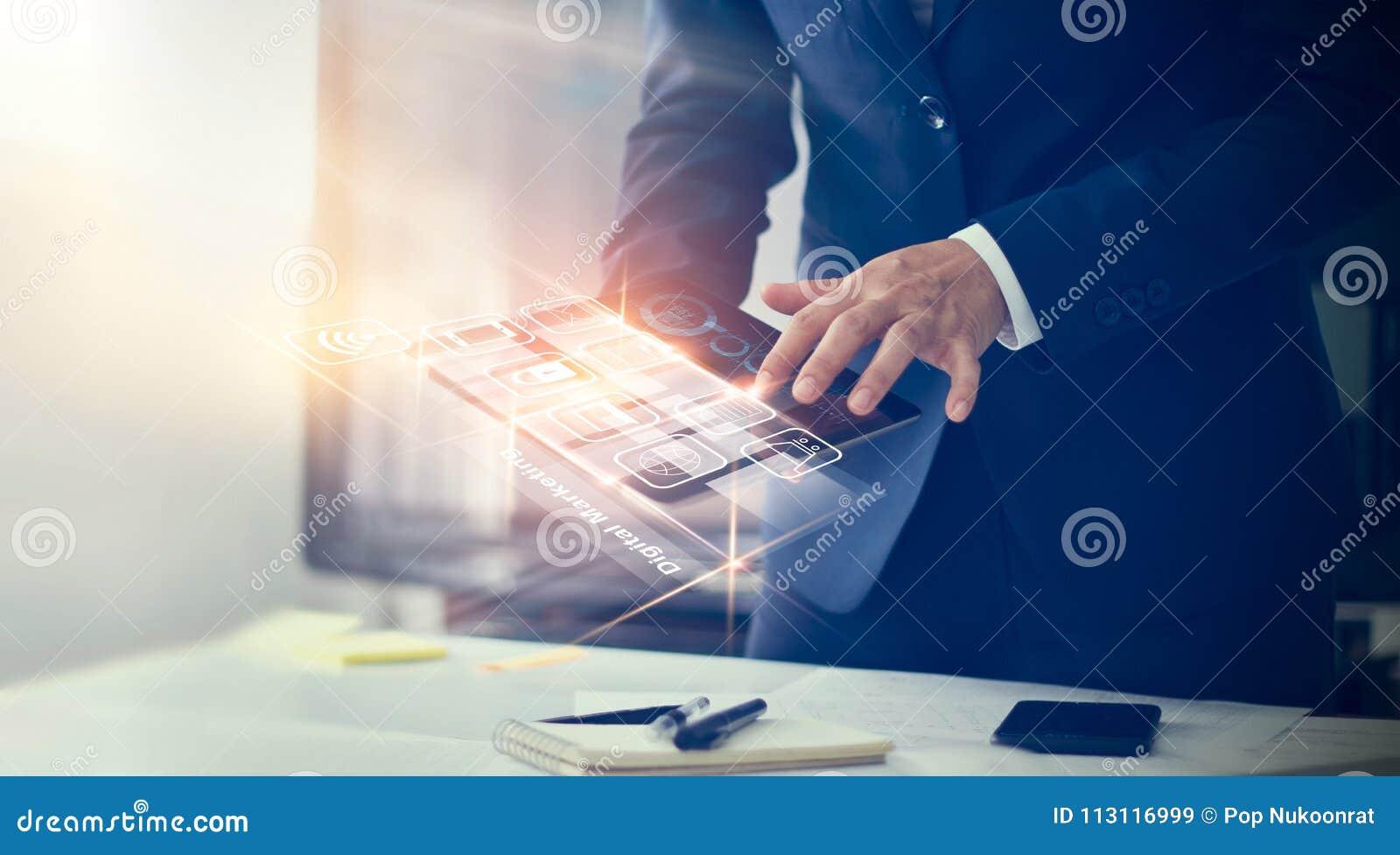 Homme d affaires utilisant des paiements modernes d interface
