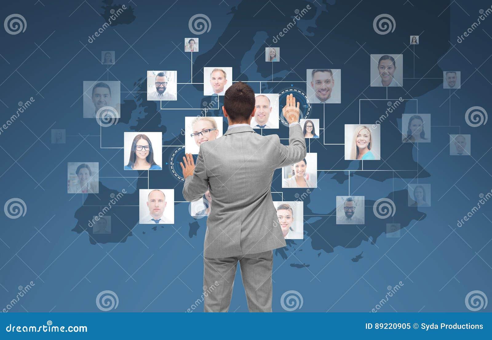 Homme d affaires utilisant l écran virtuel avec des contacts
