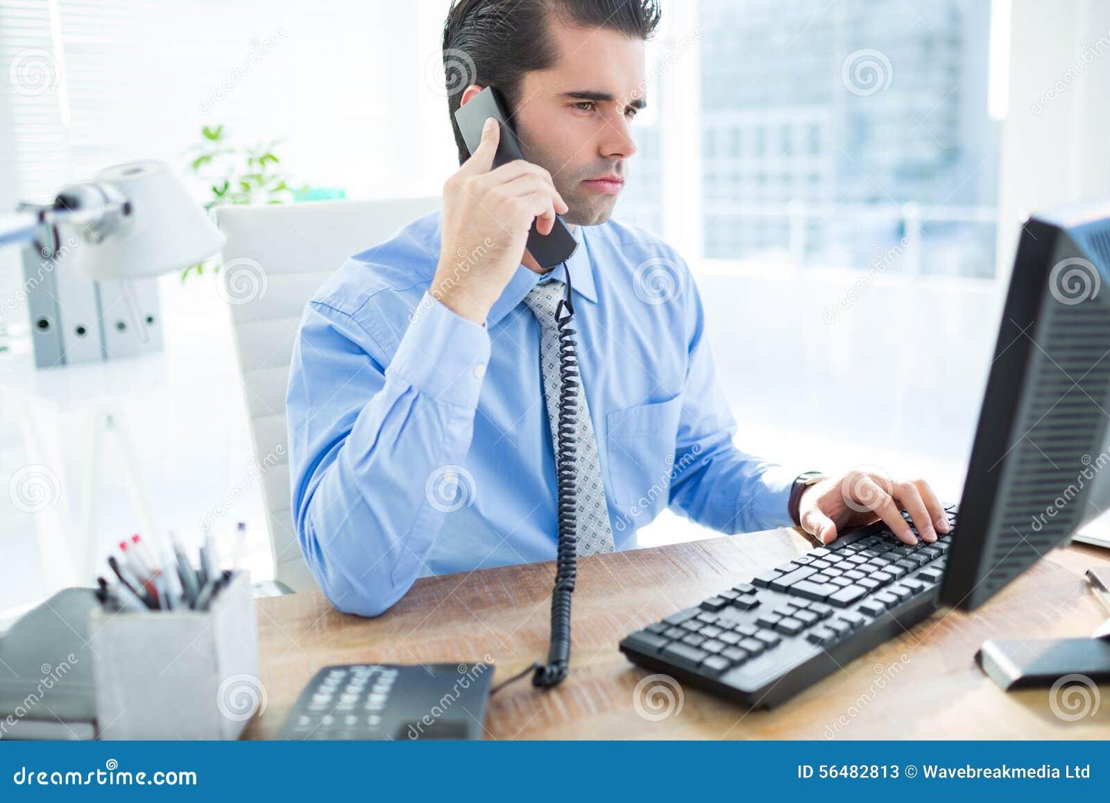 Homme d affaires utilisant l ordinateur et téléphoner
