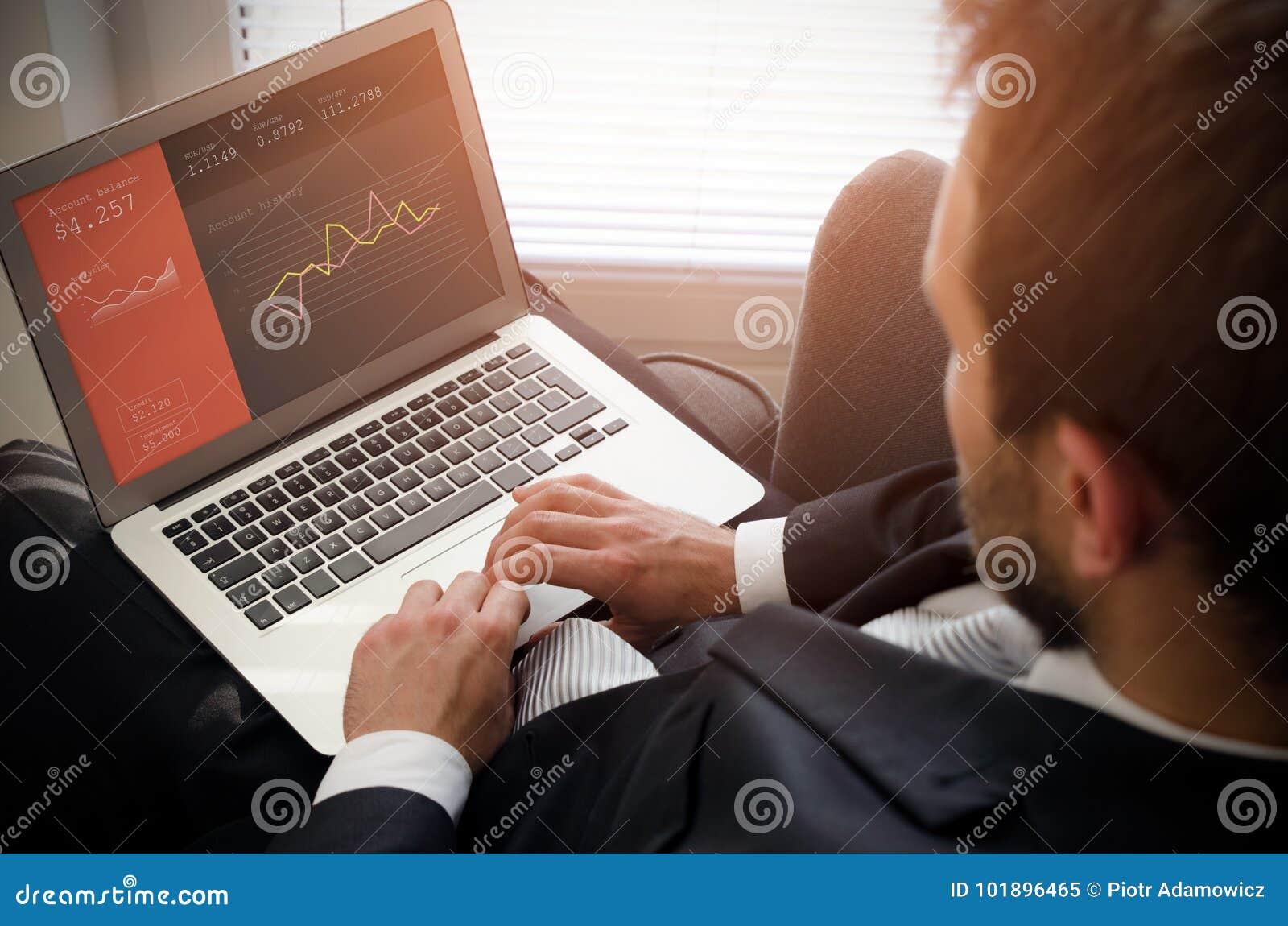 Homme d affaires utilisant l ordinateur portable avec le compte bancaire sur l écran