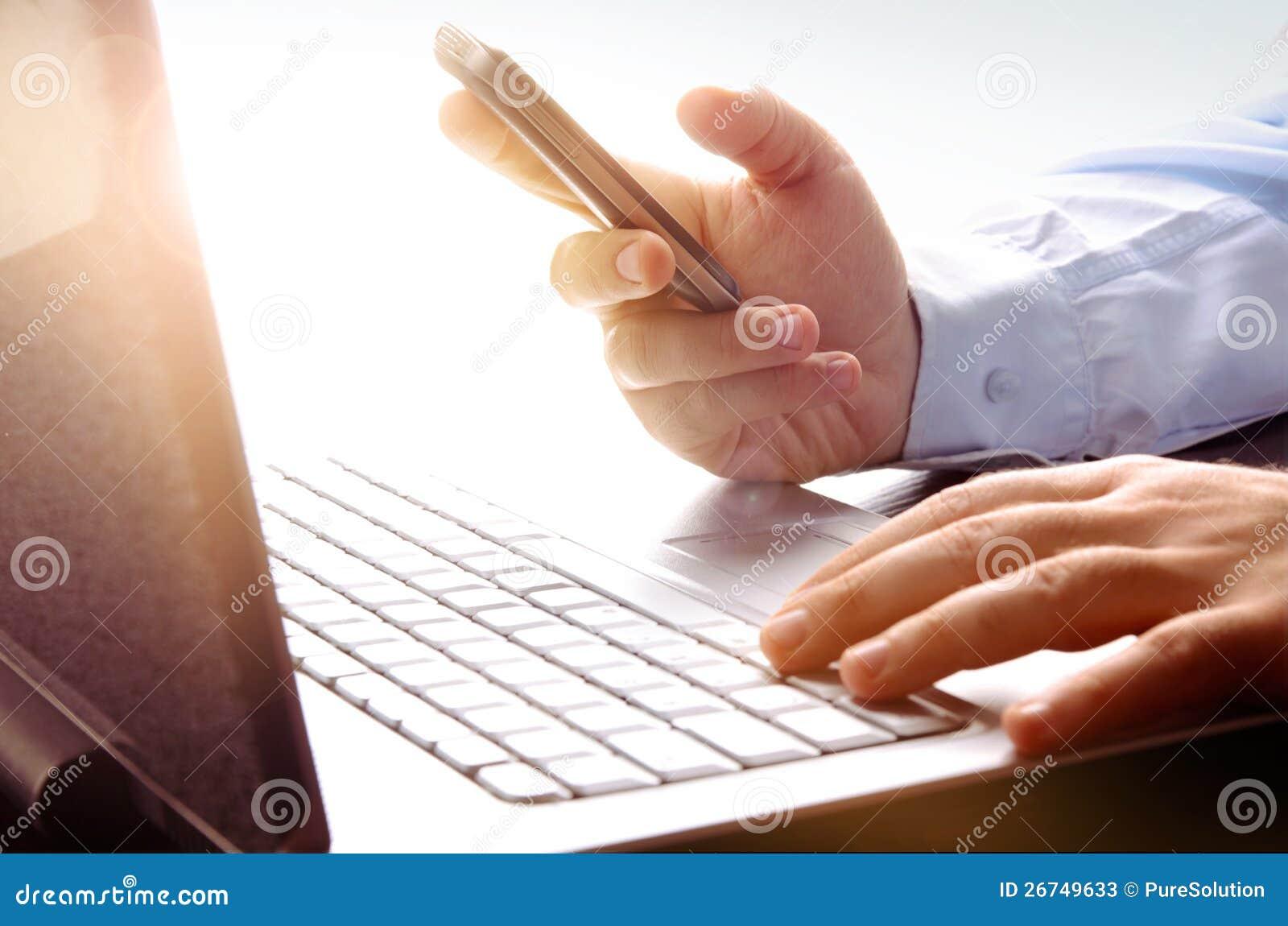 Homme d affaires utilisant l ordinateur portatif et le téléphone portable