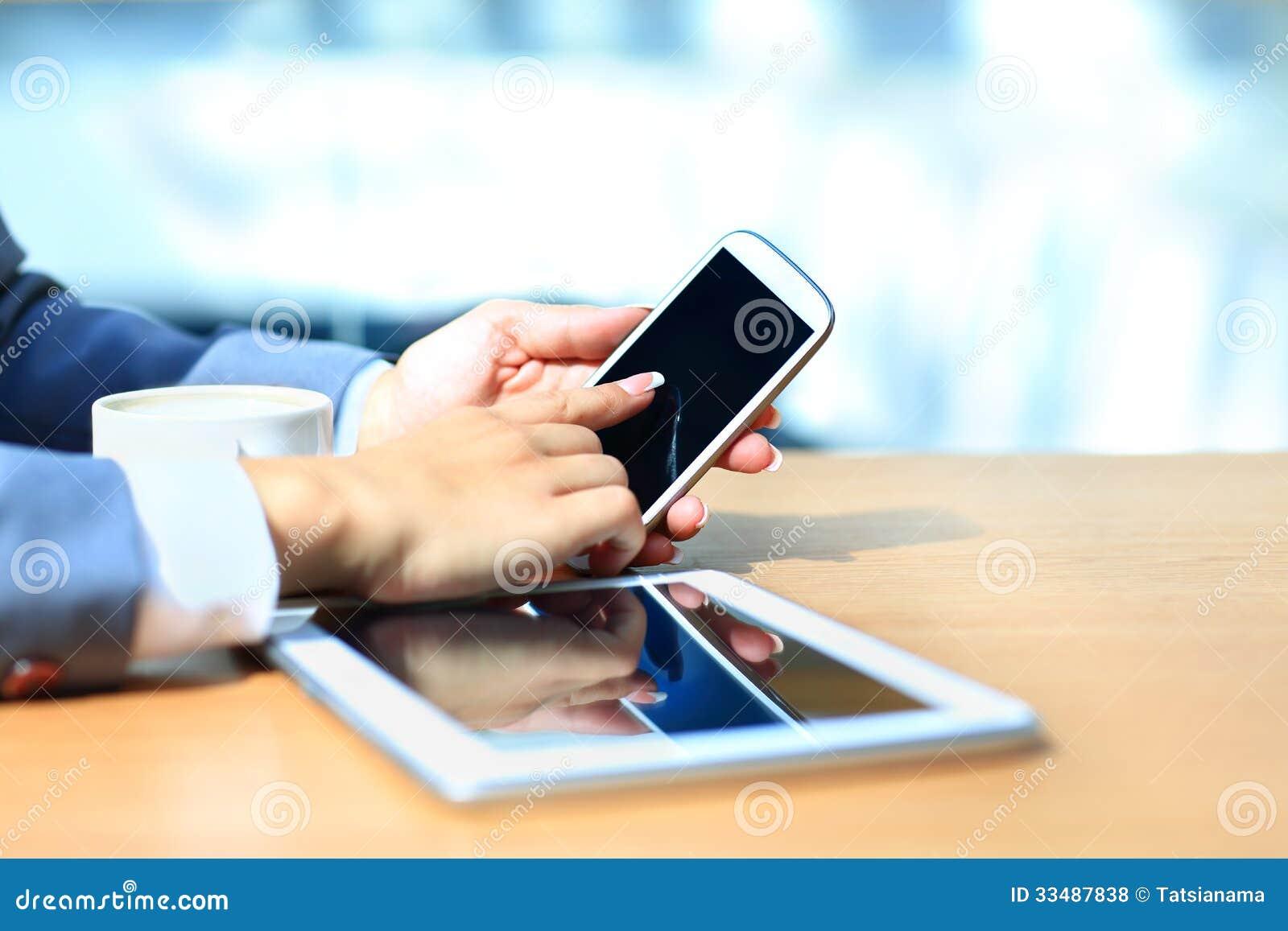 Homme d affaires utilisant la tablette numérique avec le téléphone portable moderne