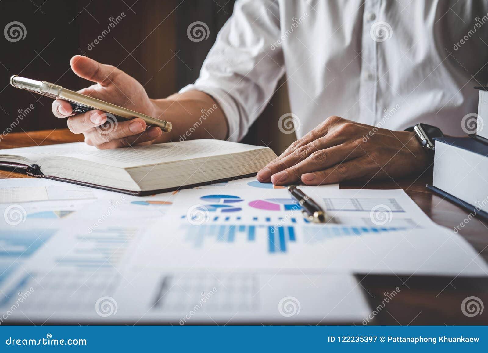 Homme d affaires utilisant le smartphone et indication au graphique et au diagramme