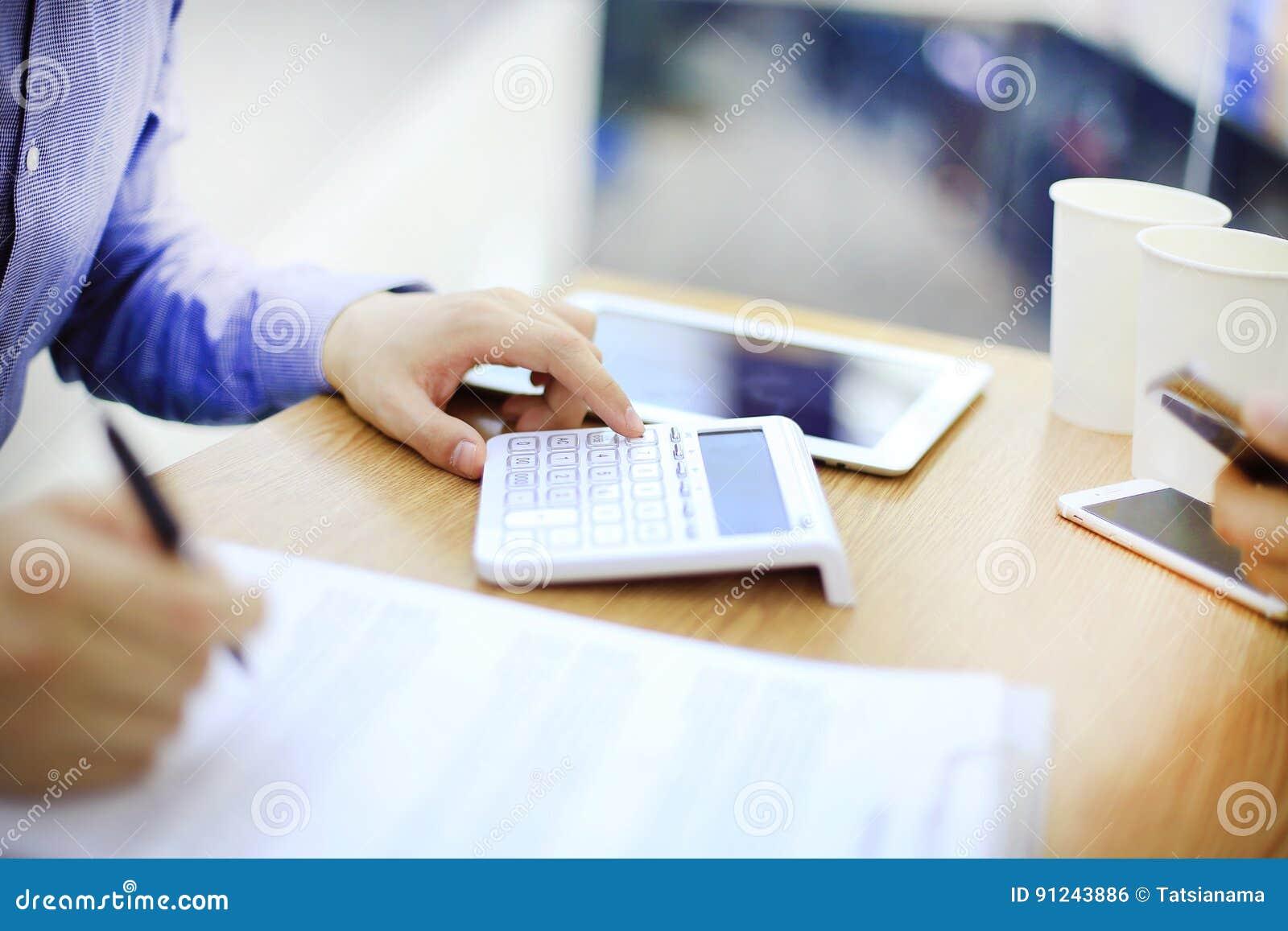 Homme d affaires utilisant une calculatrice pour calculer des nombres