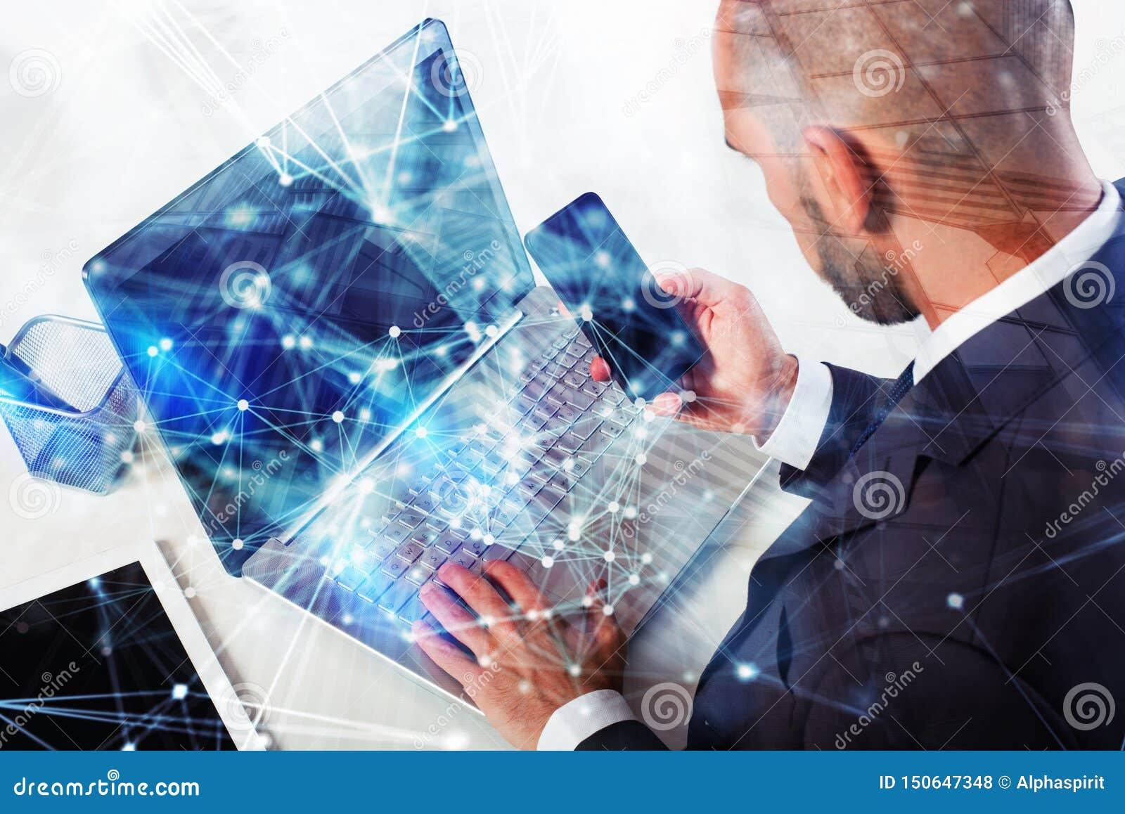 Homme d affaires Works avec l ordinateur portable Concept de travail d ?quipe et d association double exposition avec des effets