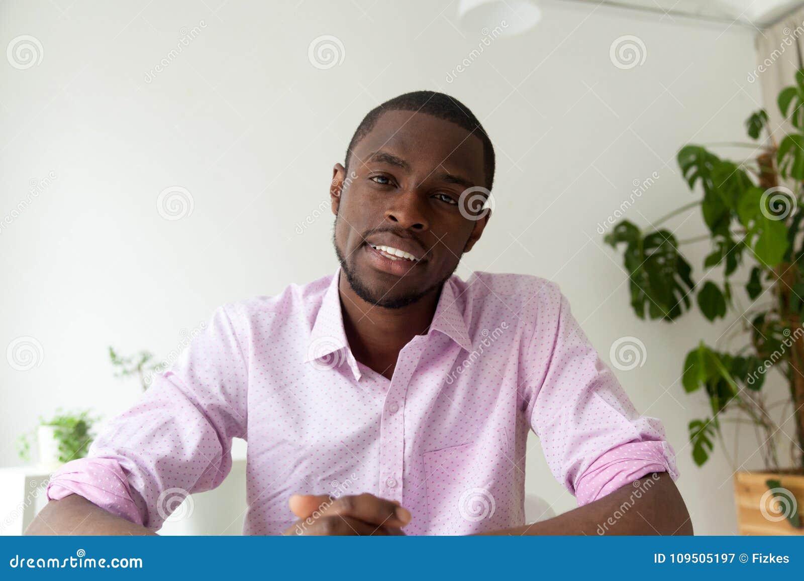 Homme d afro-américain parlant sur la caméra web, appel visuel, headshot