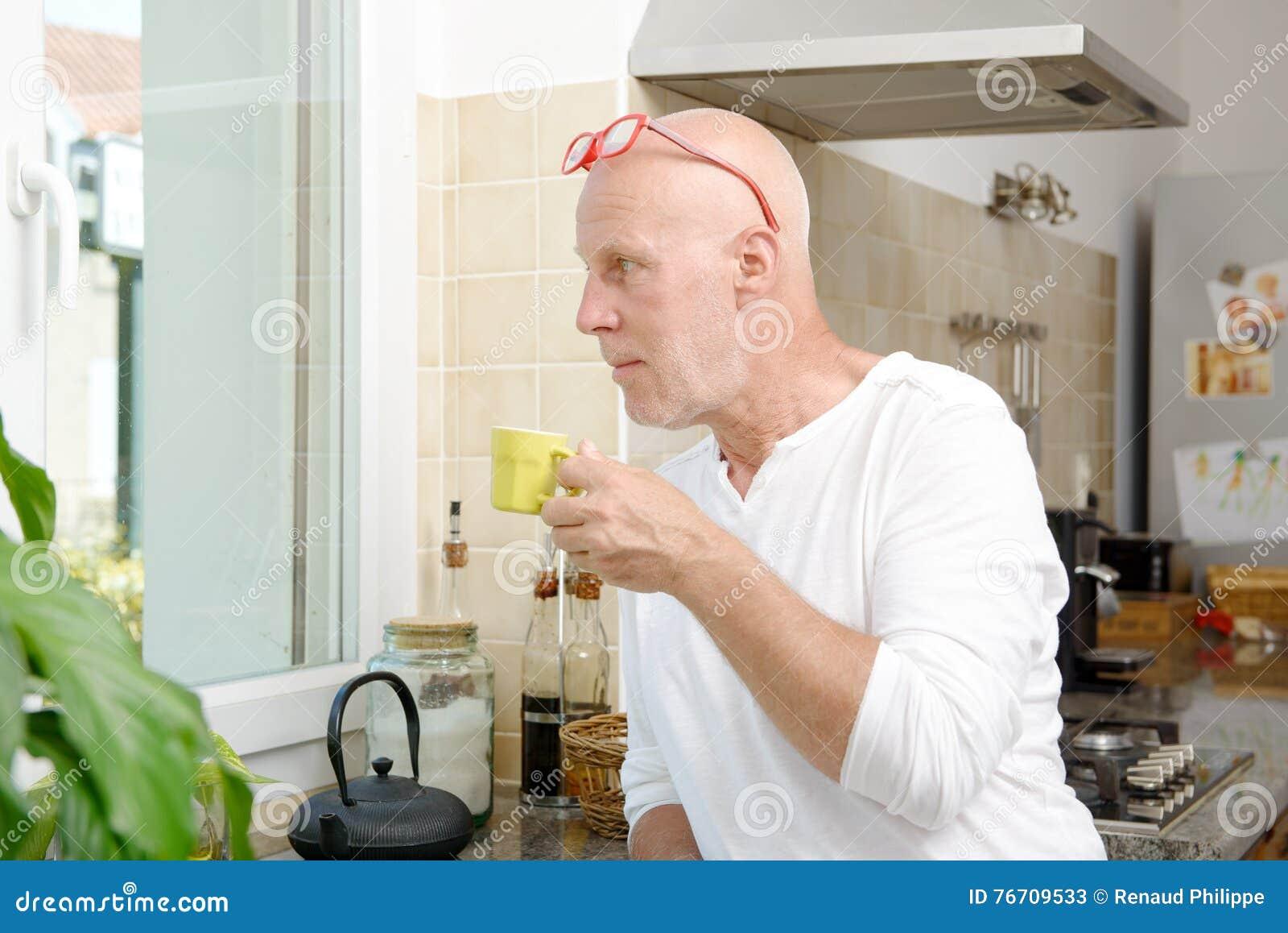 Homme d une cinquantaine d années buvant une tasse de café