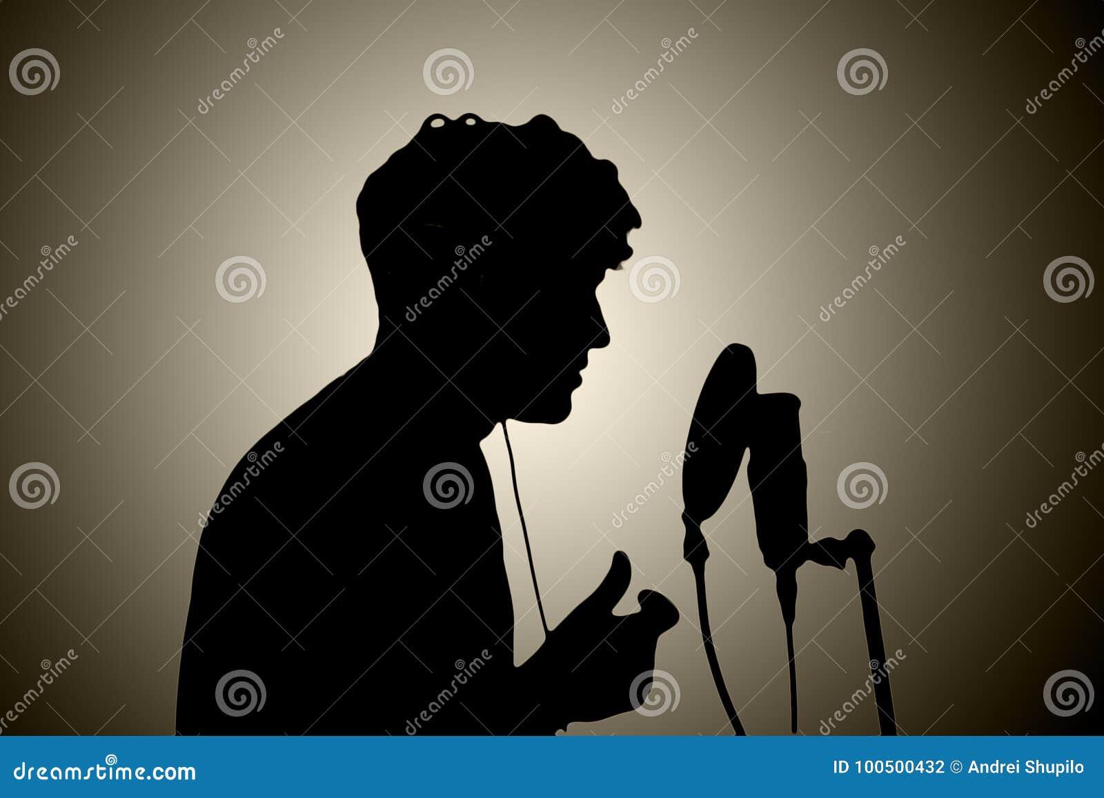 Homme dans des écouteurs chantant dans un microphone sur un backgroun blanc