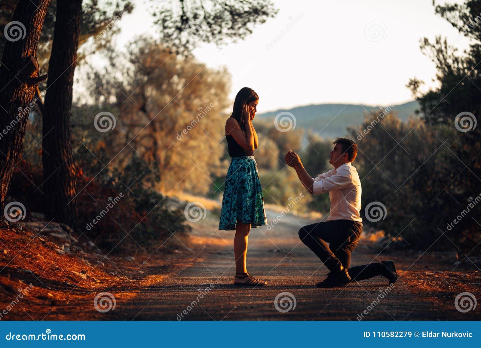 Homme dans l amour proposant une femme étonnée et choquée de l épouser Concept de proposition, de fiançailles et de mariage fianç