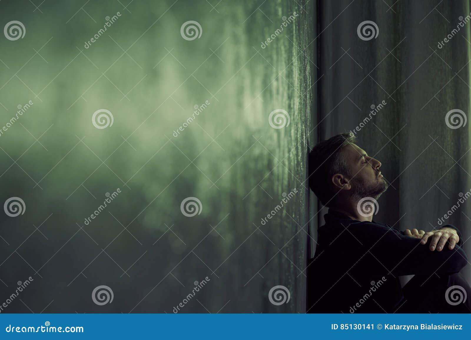 homme dans la chambre sombre image stock - image du pièce, hôpital