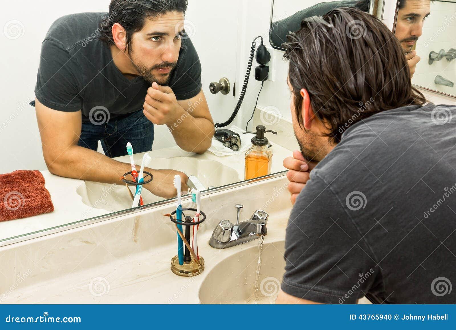Homme dans la salle de bains photo stock image du for Dans la salle de bain