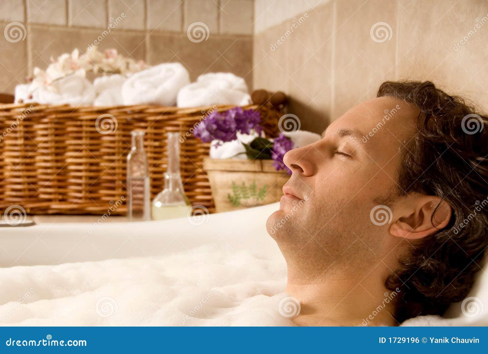 Homme dans le bain