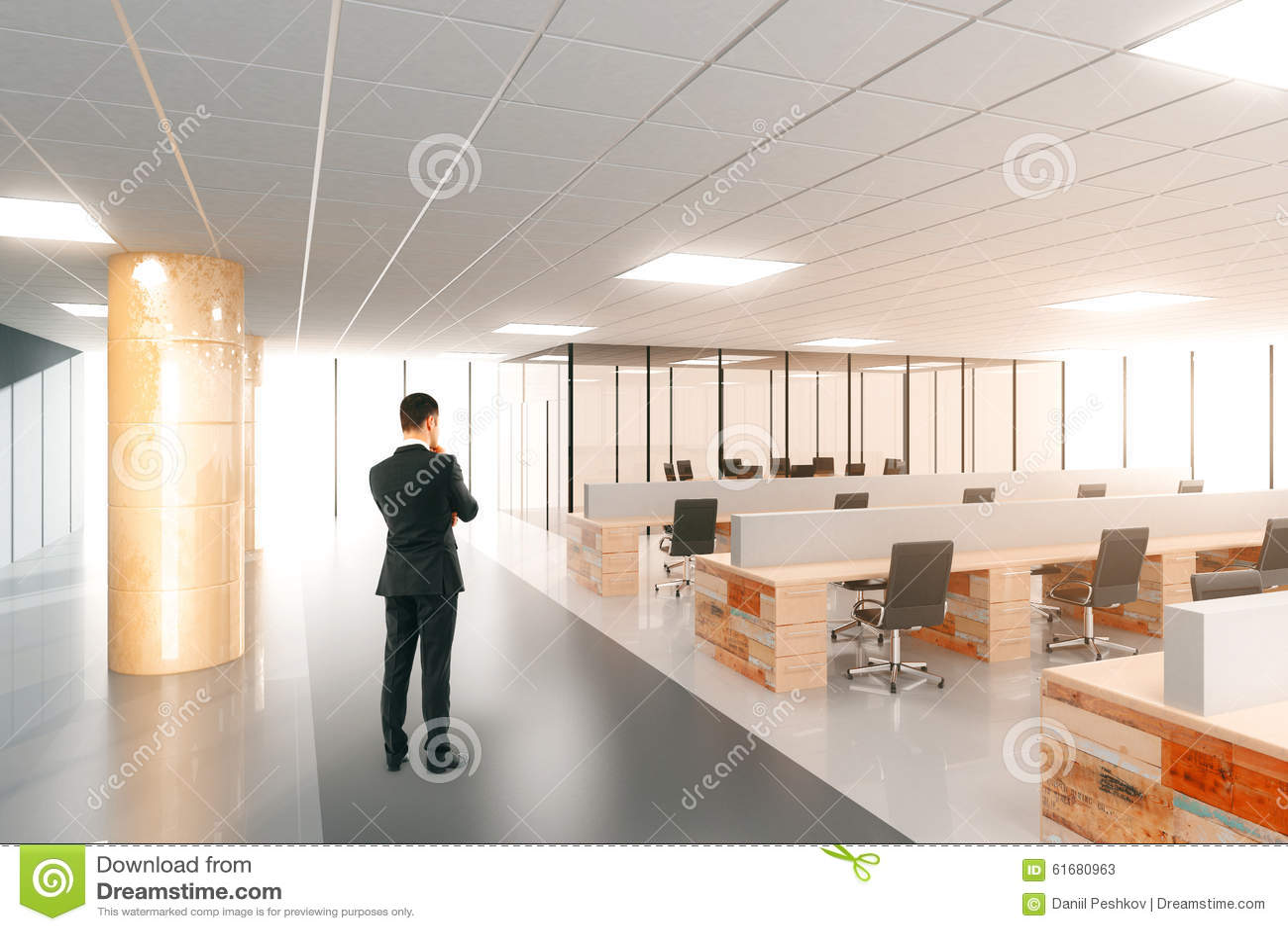 Homme dans le bureau moderne de l espace ouvert avec des meubles