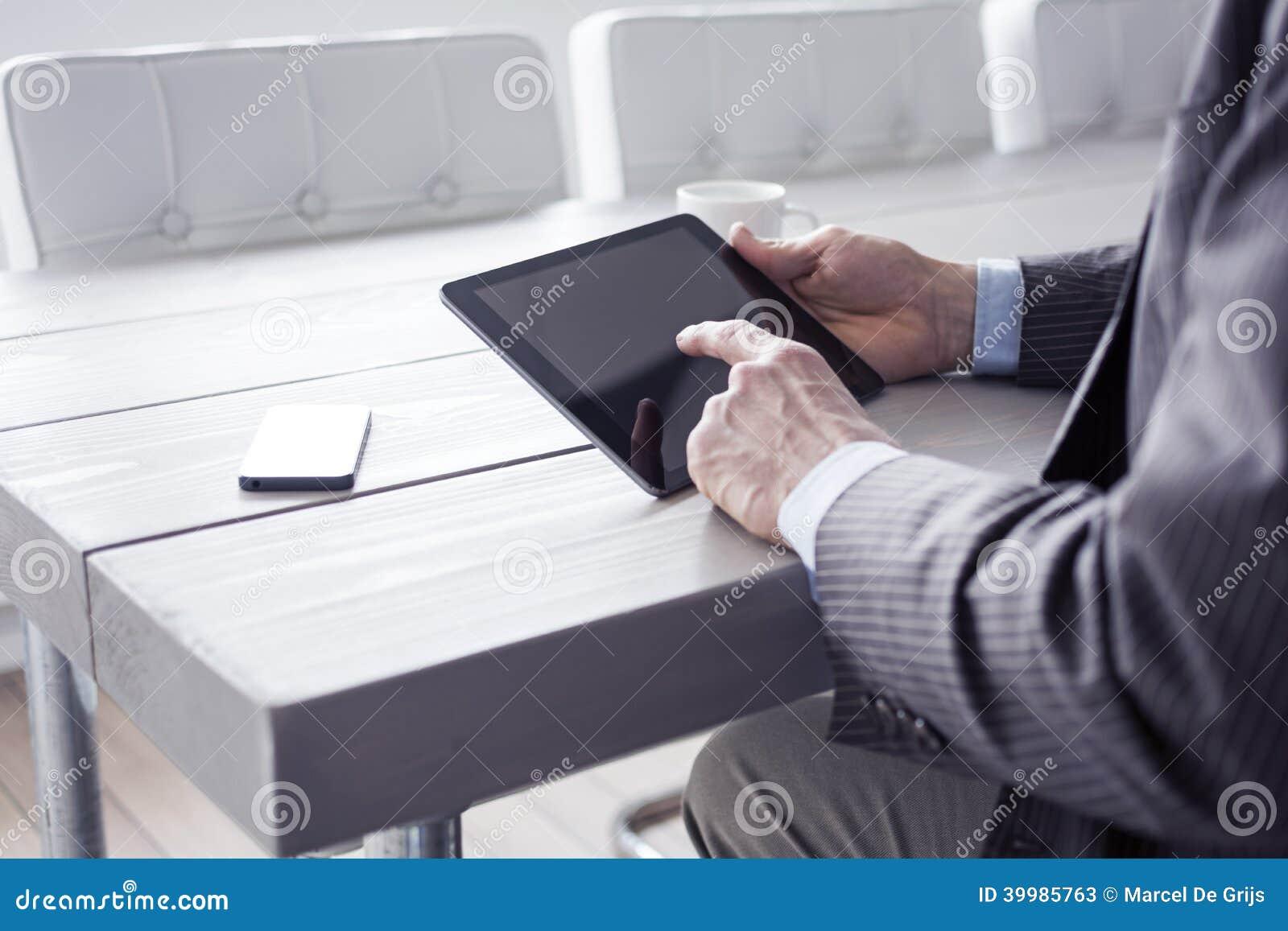 Homme dans le bureau utilisant le pc de comprimé image stock image