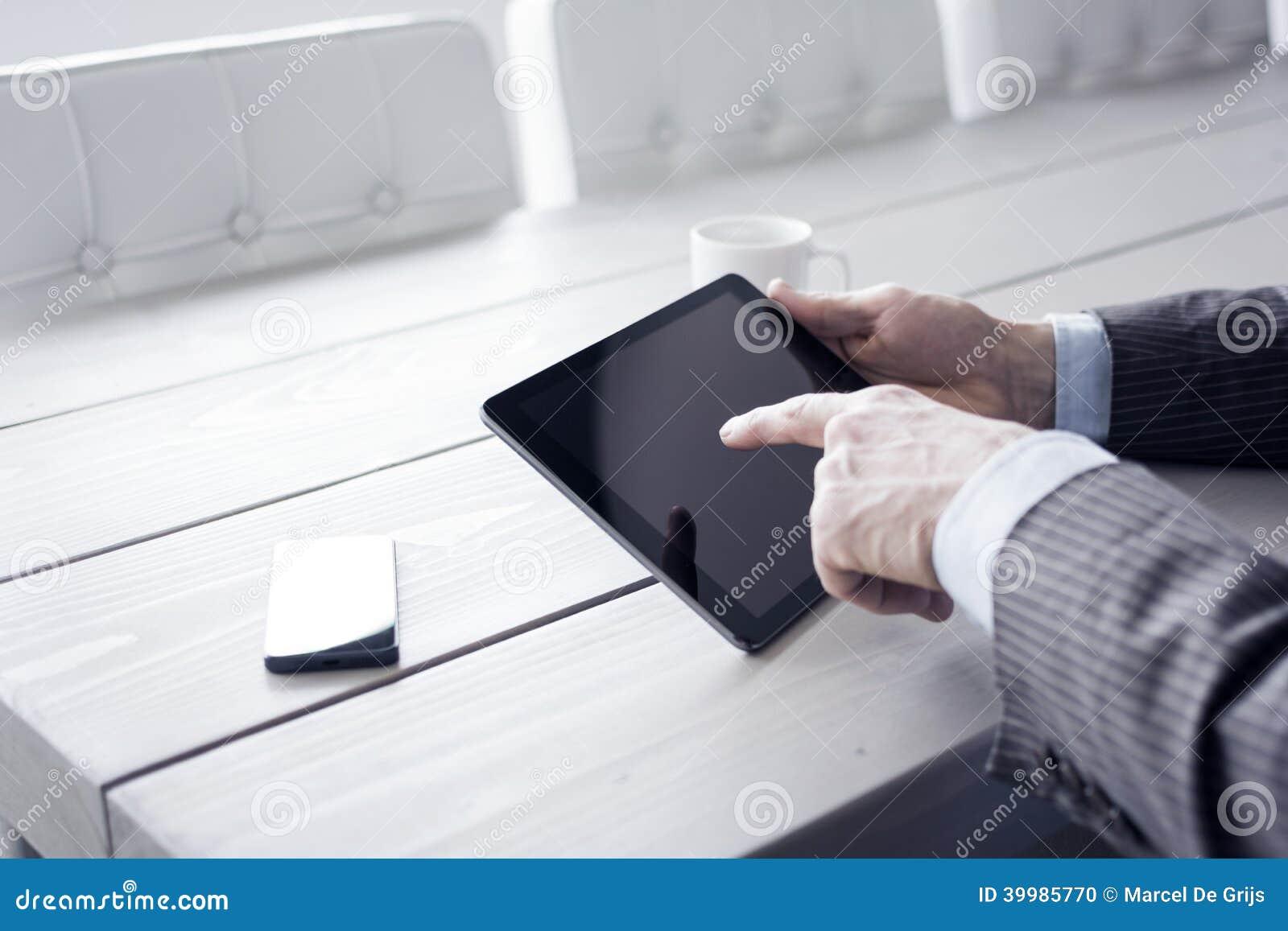 Homme dans le bureau utilisant le pc de comprimé photo stock