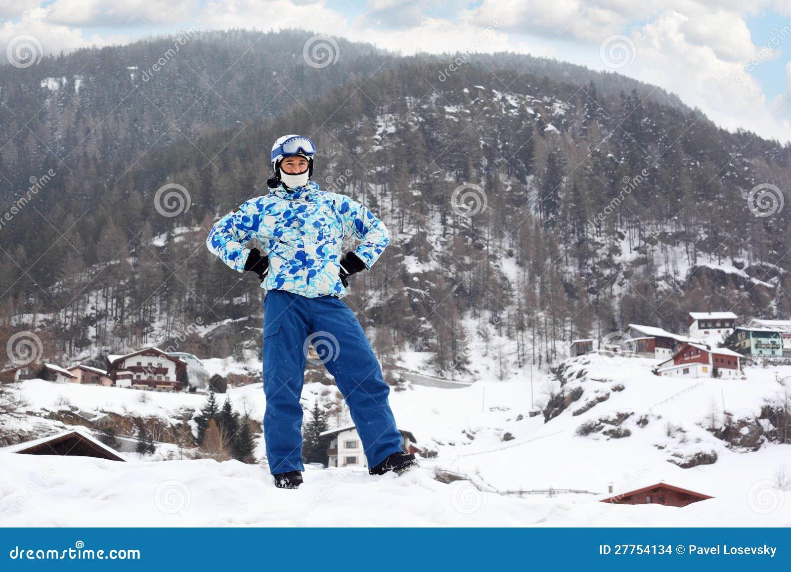 Homme dans le casque de ski et lunettes sur la montagne