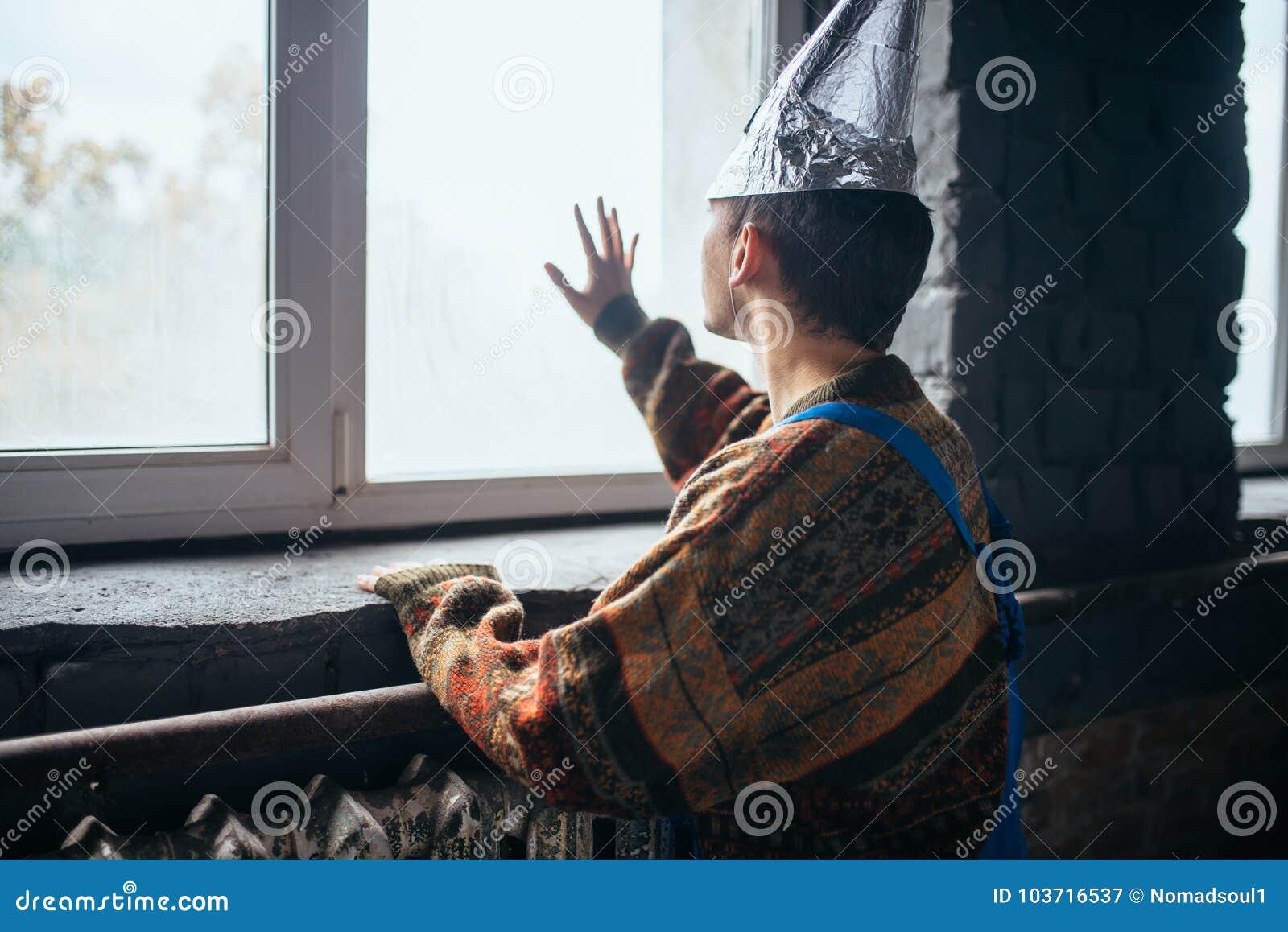 Homme dans le chapeau de feuille d étain regardant la fenêtre, UFO