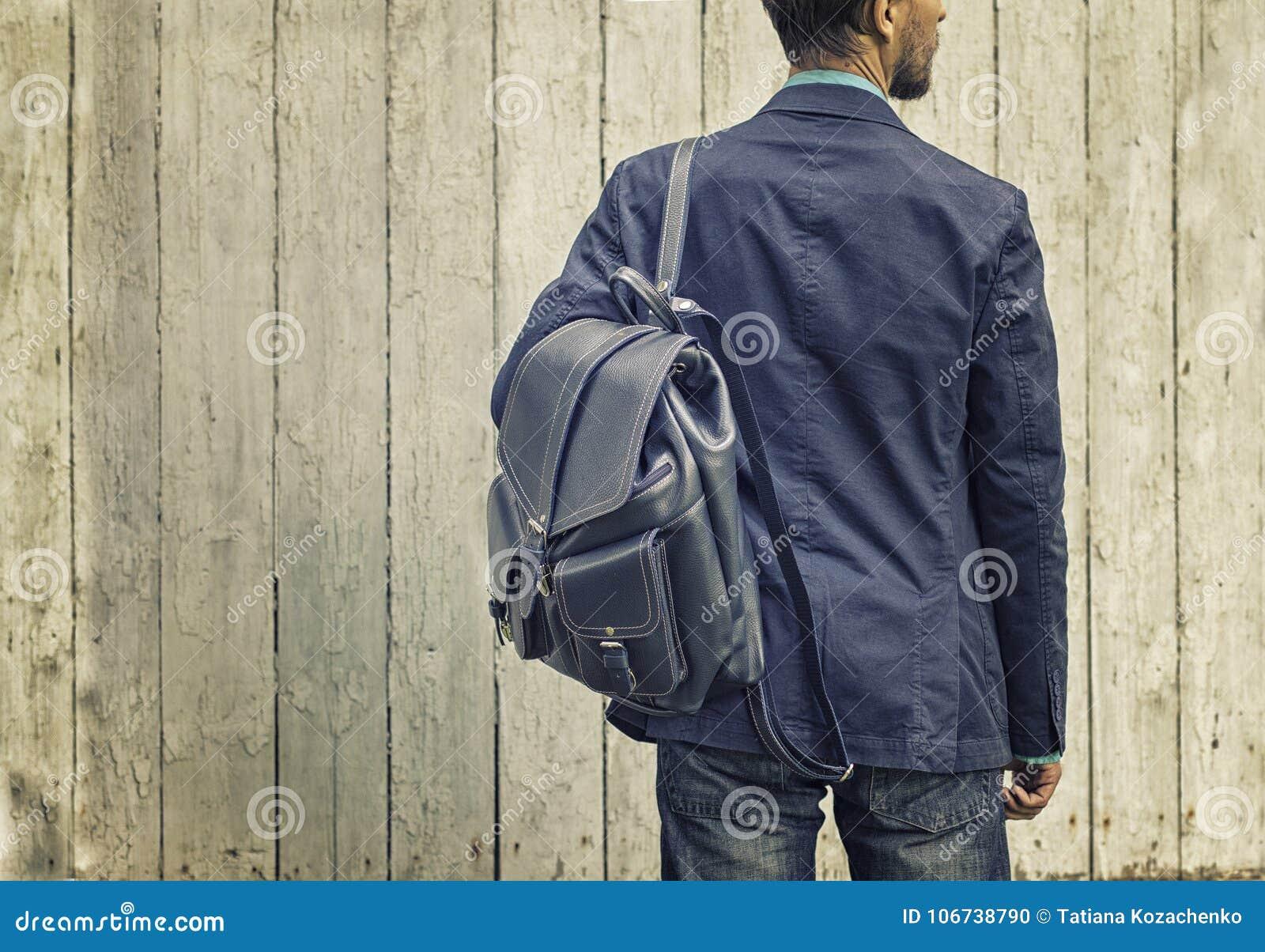 Homme Dans Le Costume Bleu Et Jeans Avec Le Sac à Dos En
