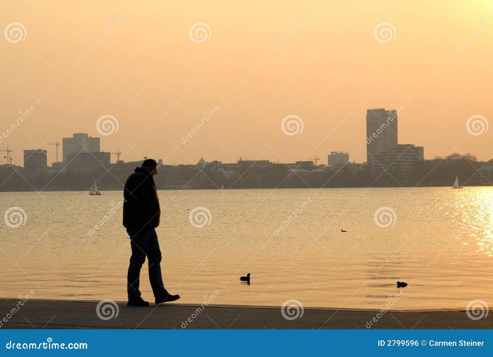 Homme dans le coucher du soleil