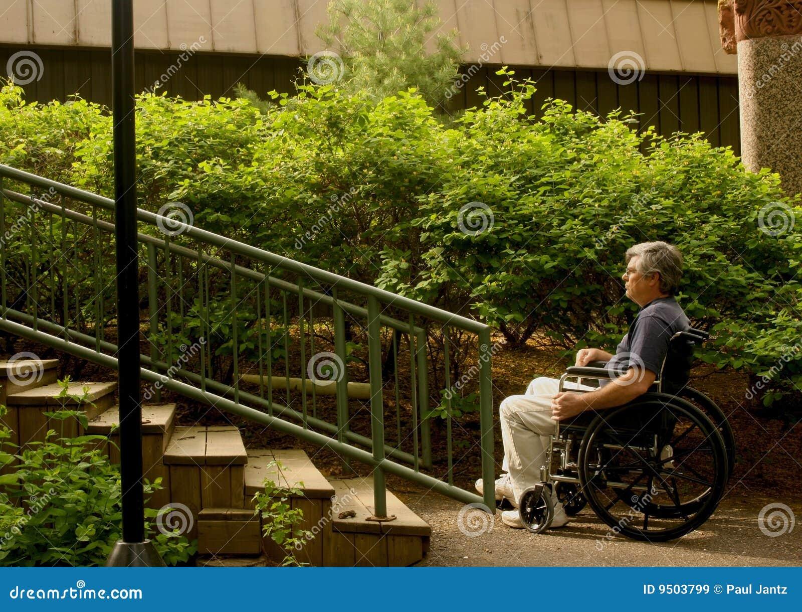 Homme dans le fauteuil roulant