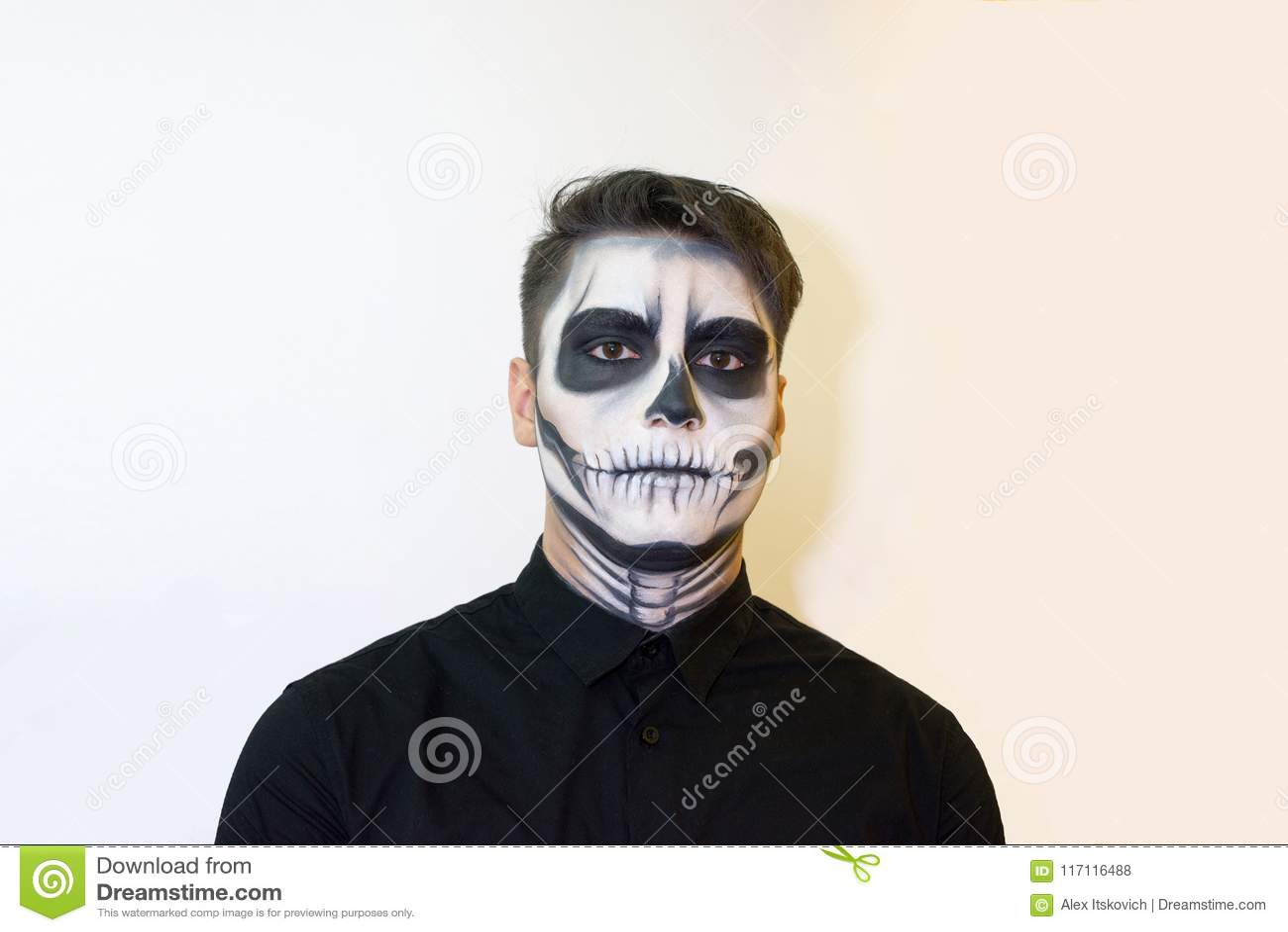 Homme Dans Le Maquillage Halloween Dessin Dun Vampire Squelette