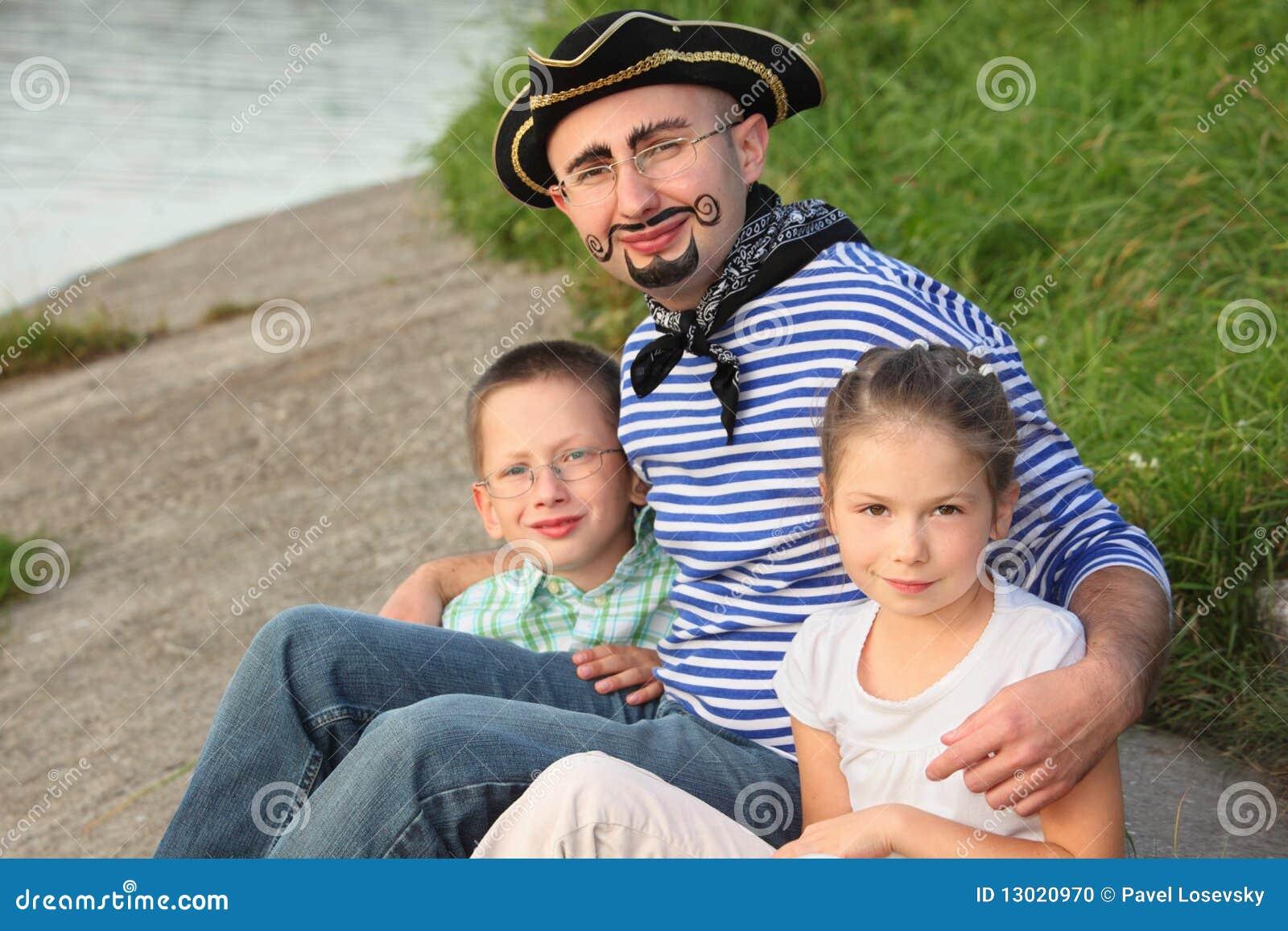 Homme dans le procès de pirate avec son fils et descendant