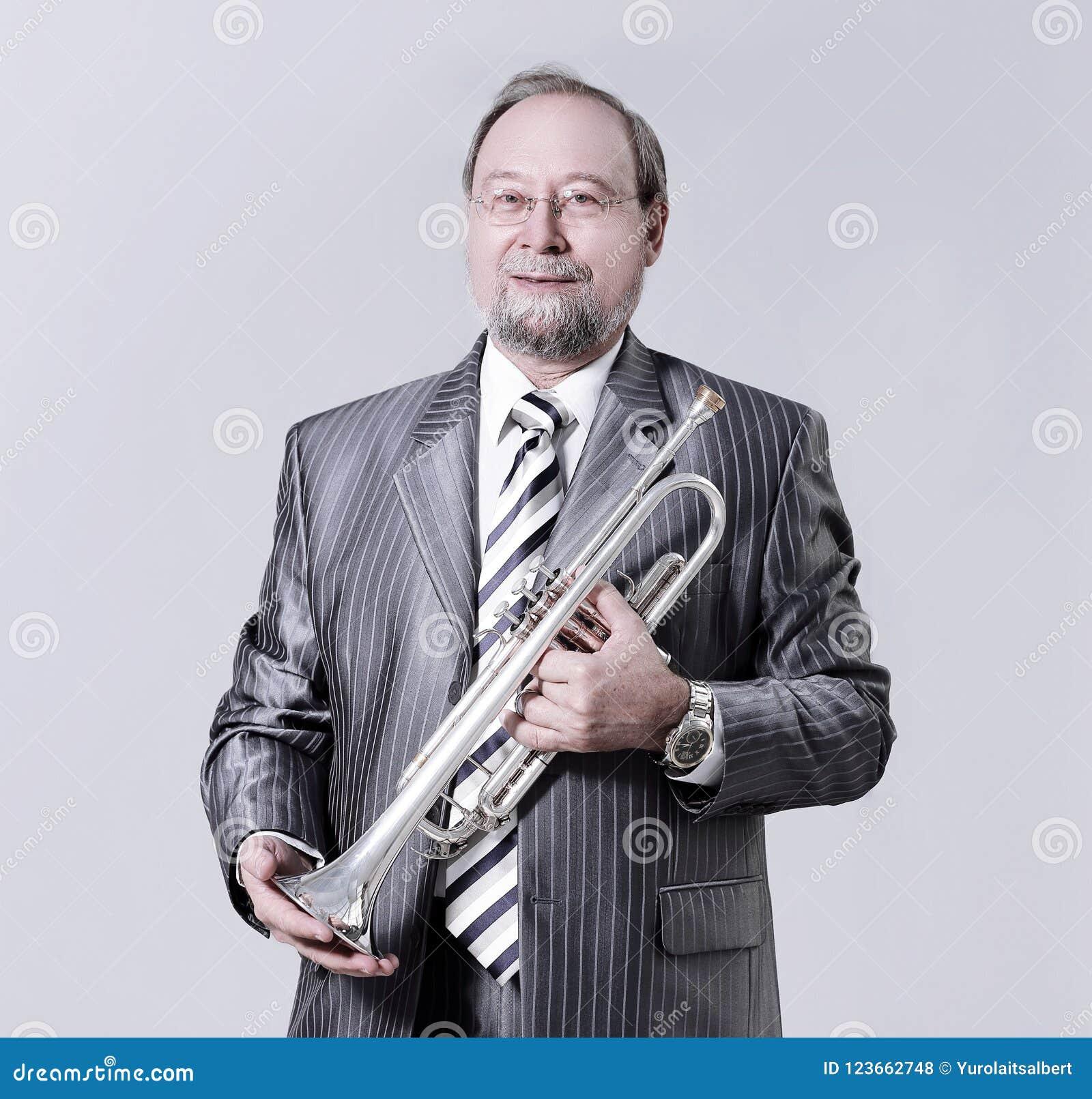 Homme dans un costume gris avec une trompette