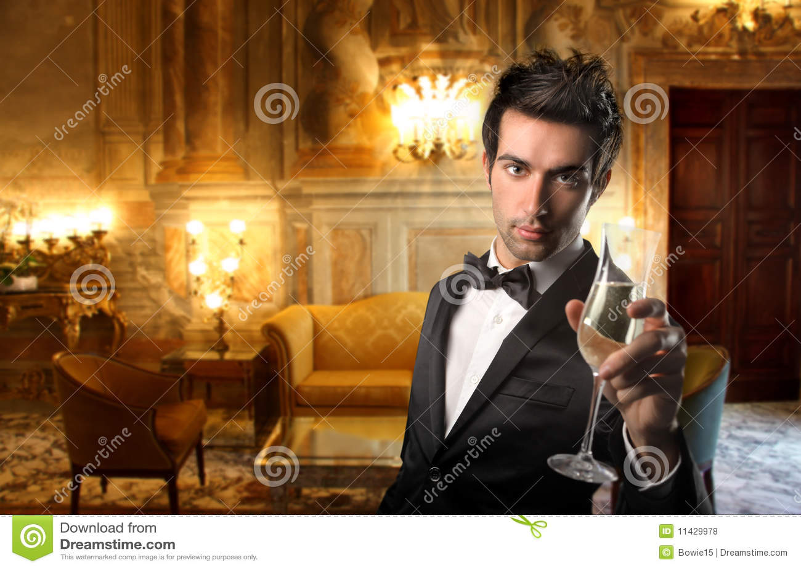 Homme dans une salle de luxe