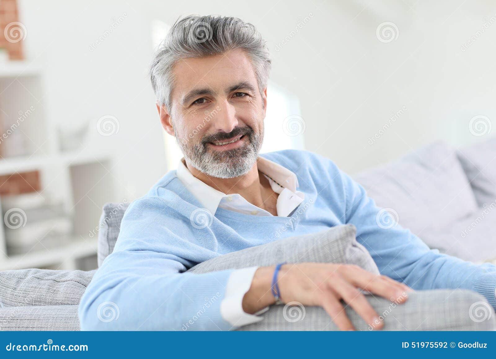 Homme de 45 ans d tendant la maison photo stock image du homme regarder 51975592 - Regarder 7 a la maison gratuitement ...