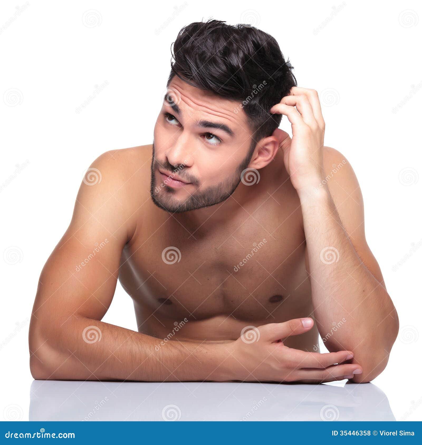 Homme de beauté rayant sa tête et recherchant à son côté