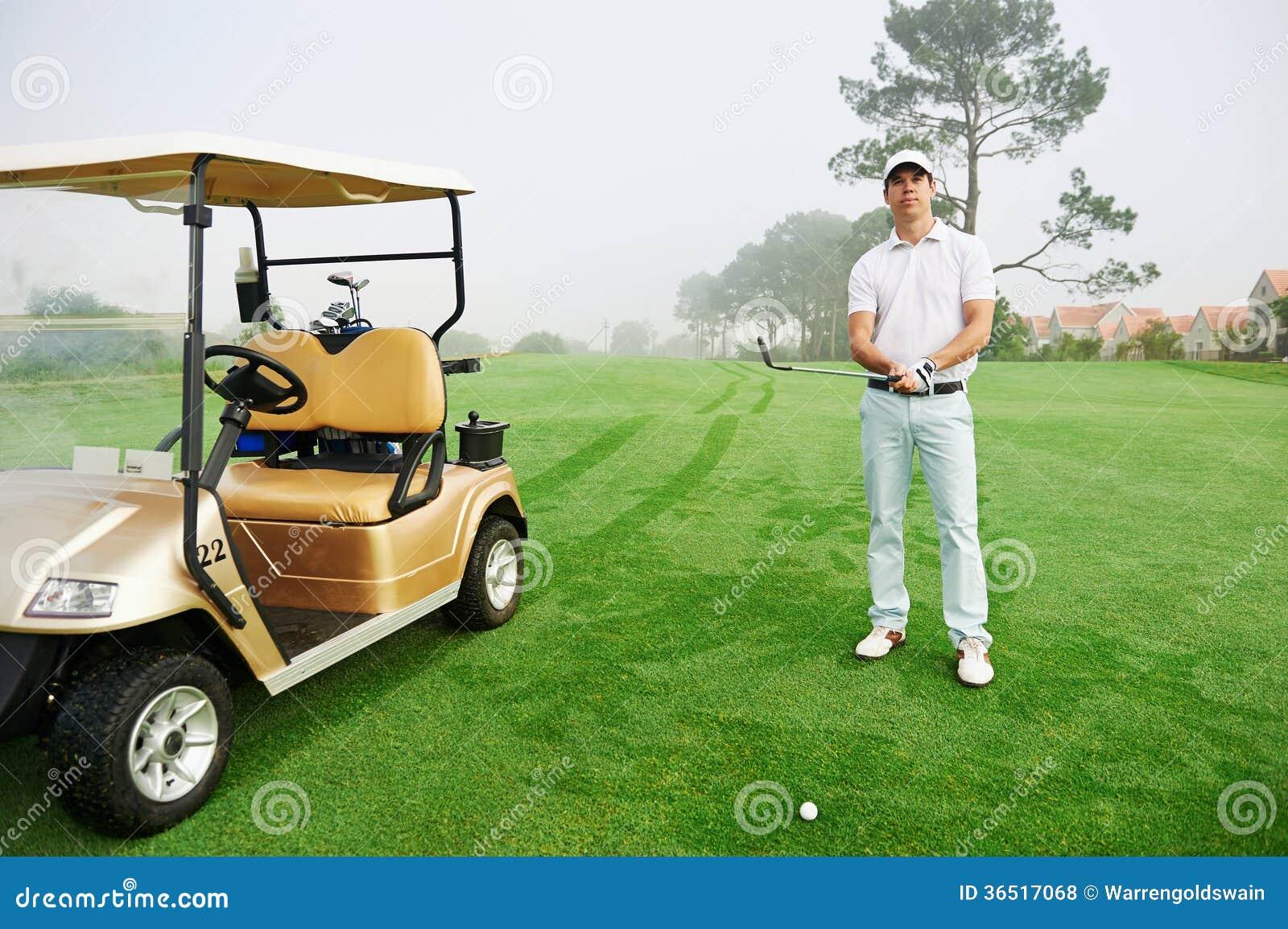 Homme de chariot de golf