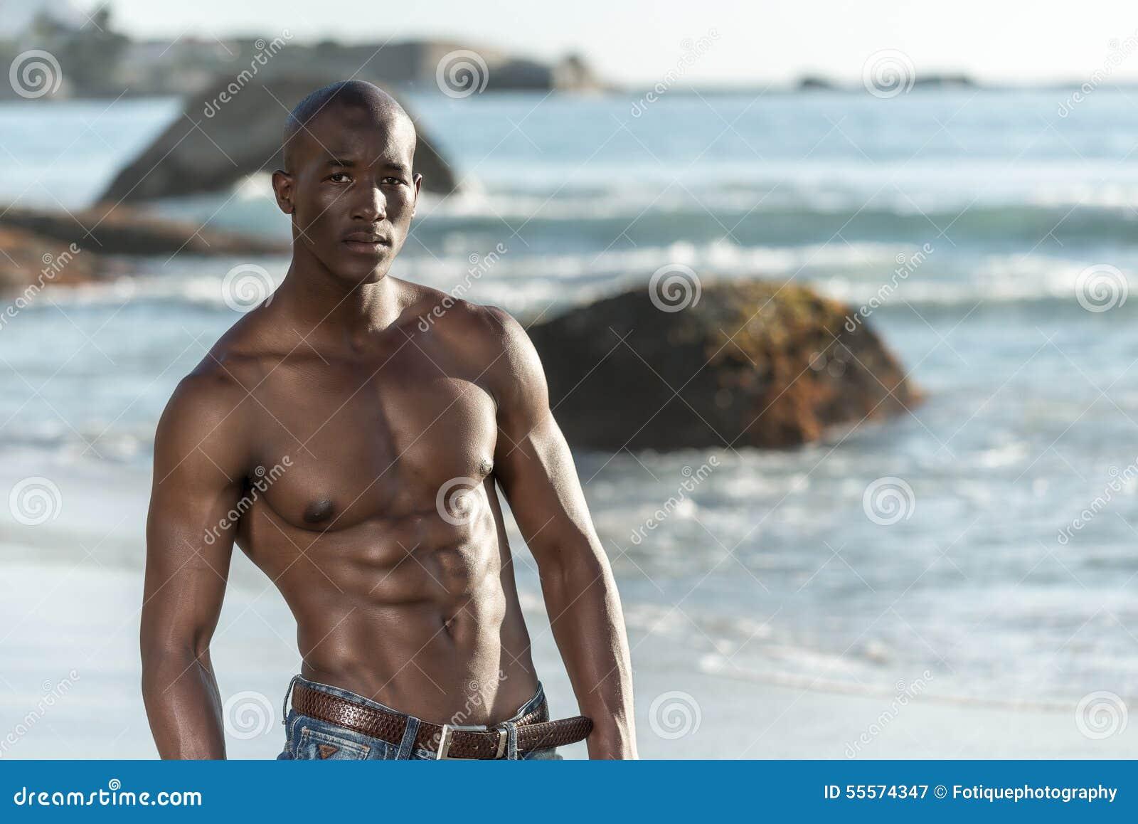 Hommes noirs libres nus