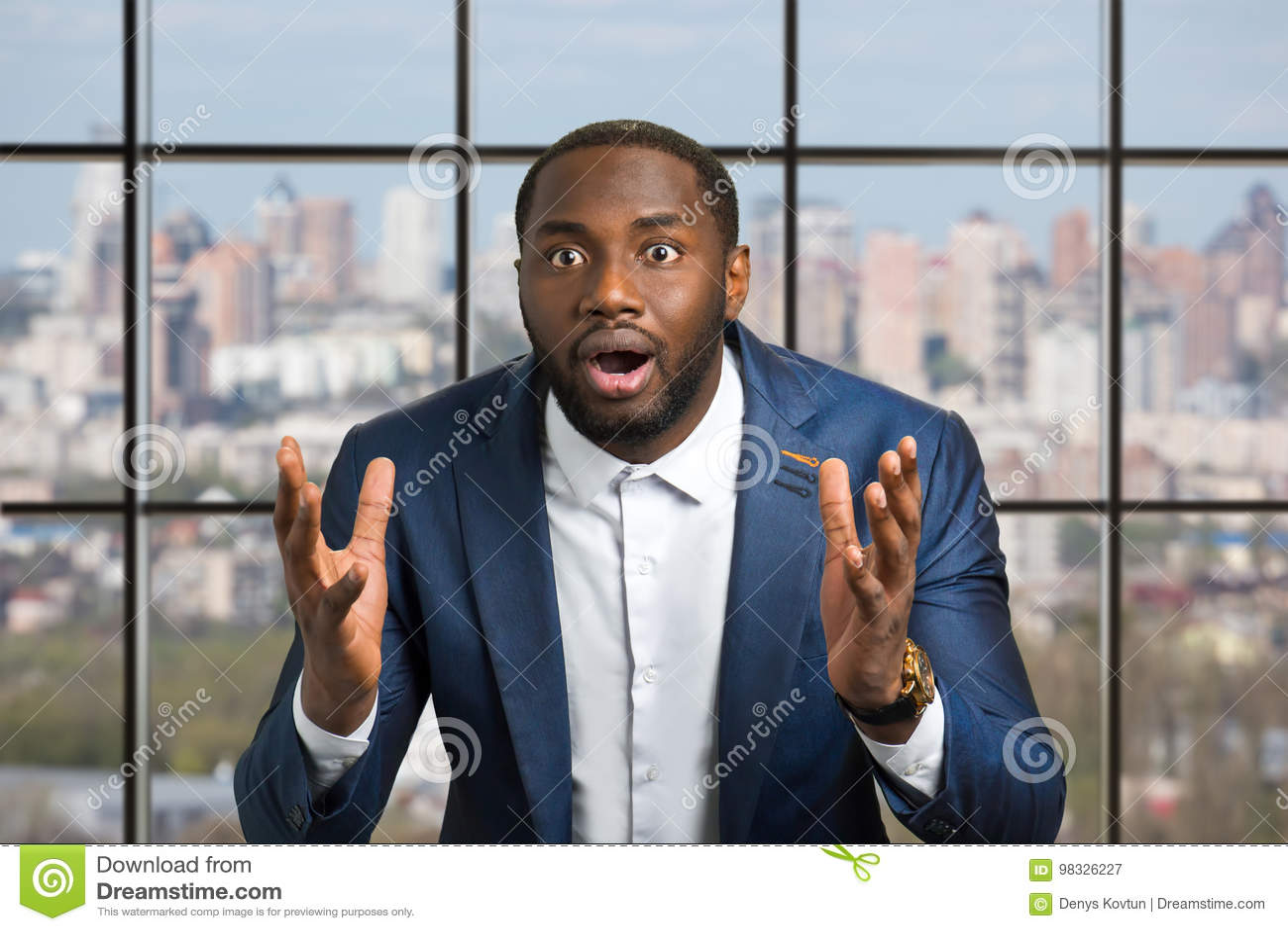 Homme de couleur avec la grande excitation