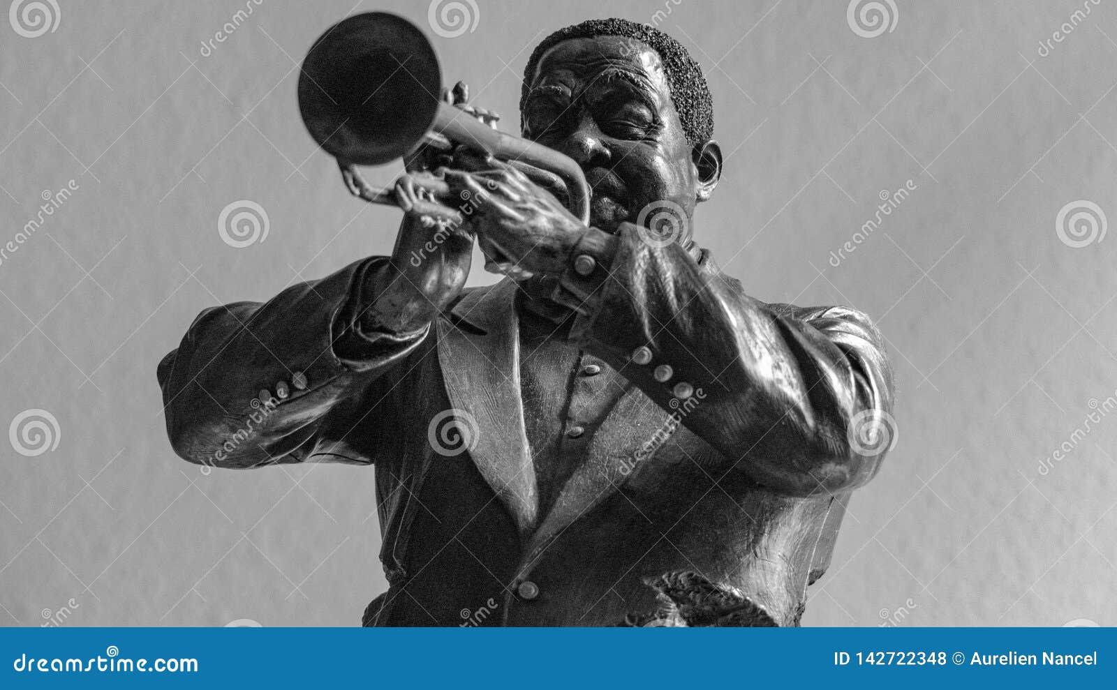 Homme de couleur en bronze de statuette jouant la trompette
