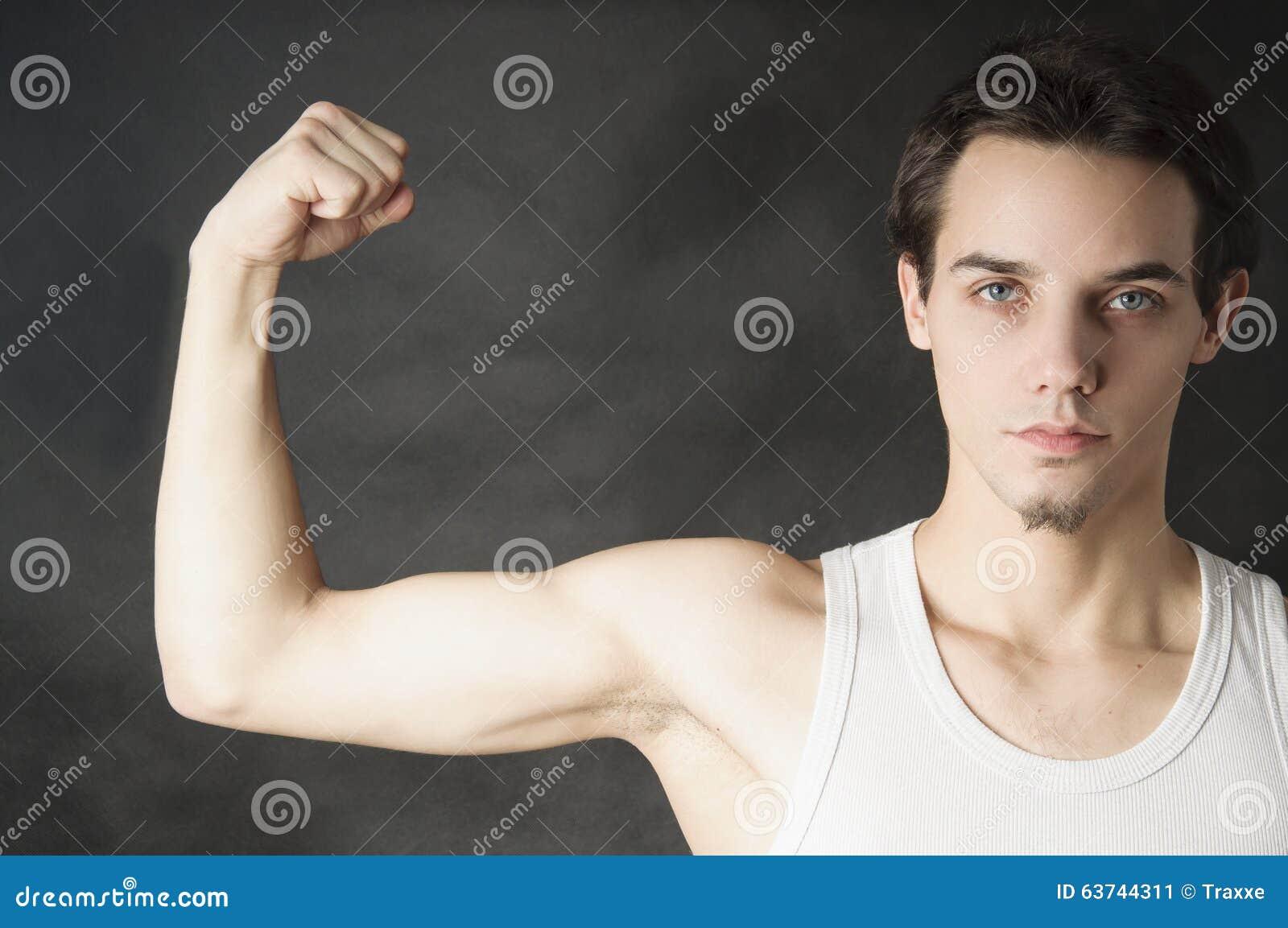 Homme de débutant montrant le sien musculaire