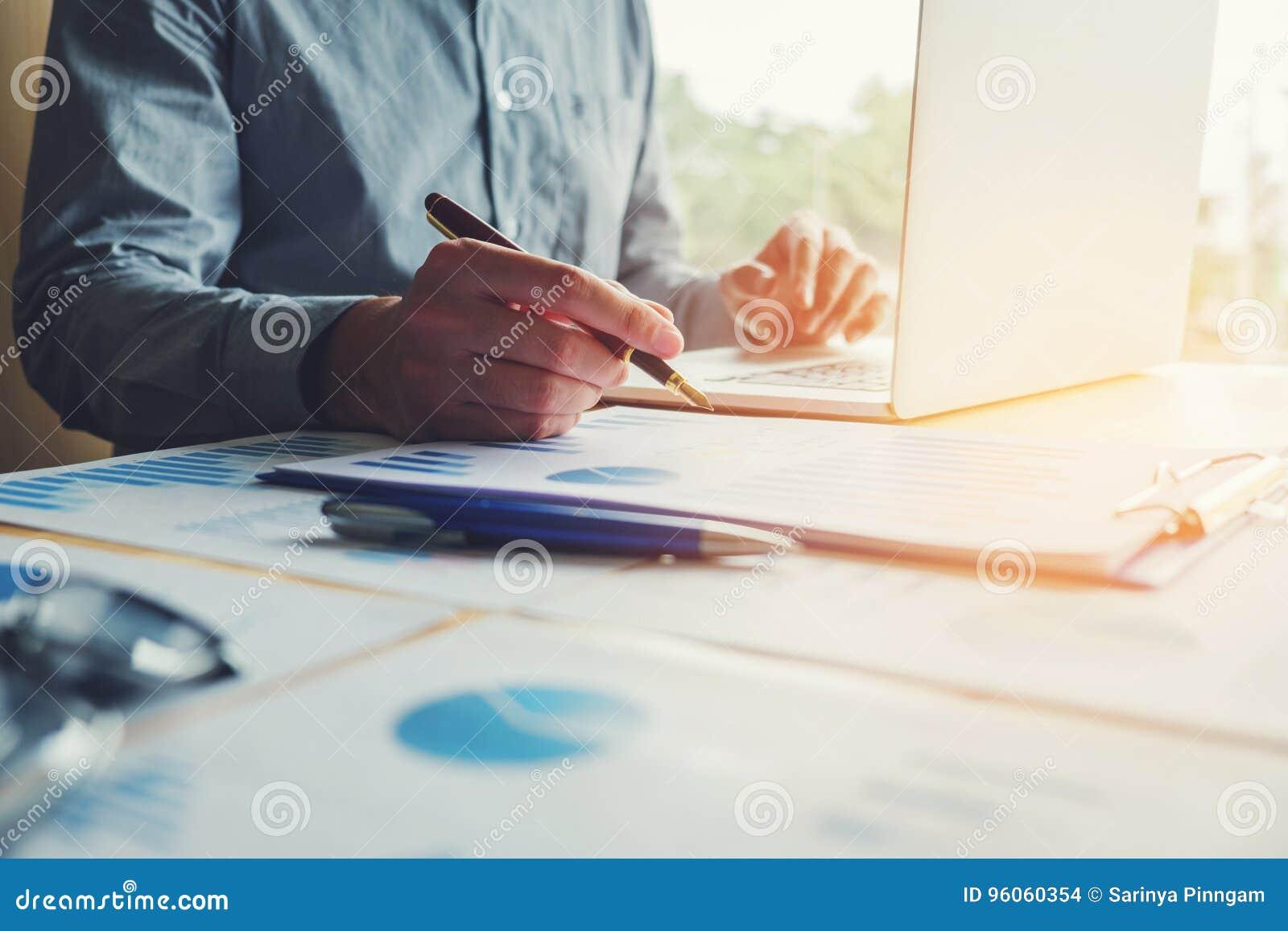 Homme de dactylographie d affaires d ordinateur portable travaillant avec l écran vide prévoyant S