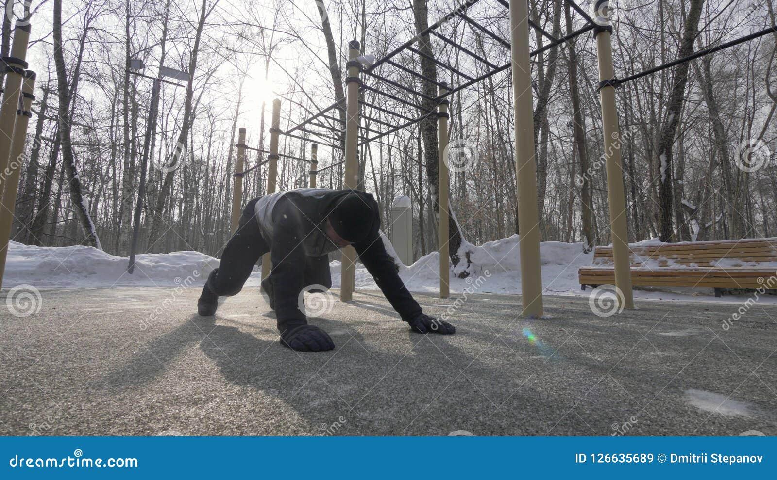 Homme de forme physique faisant des pousées et étirant des exercices sur la formation de sports d hiver