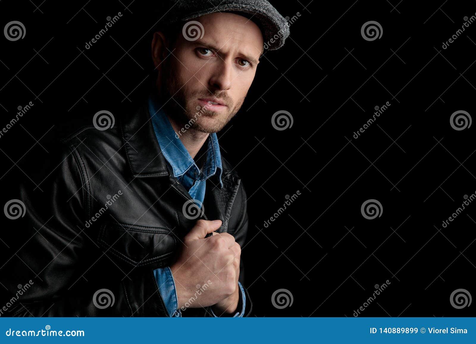 Homme de froncement de sourcils tenant fortement son collier