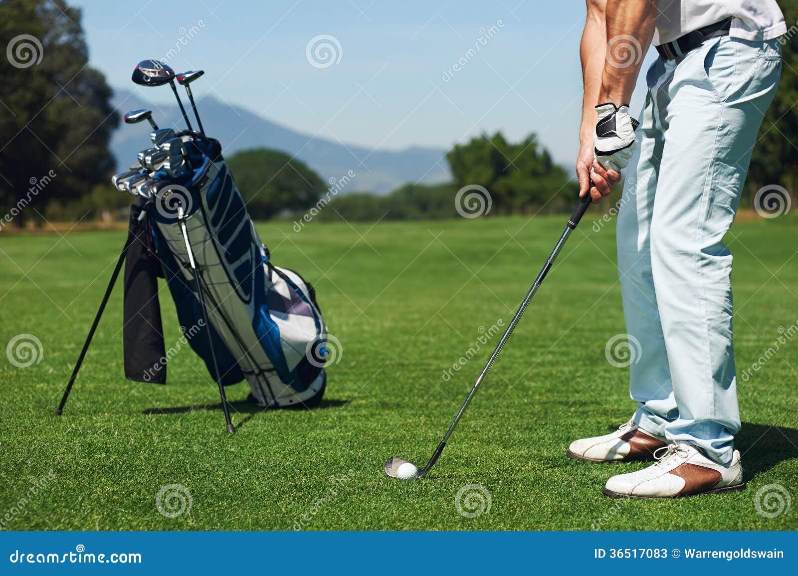 Homme de golf de tir d approche