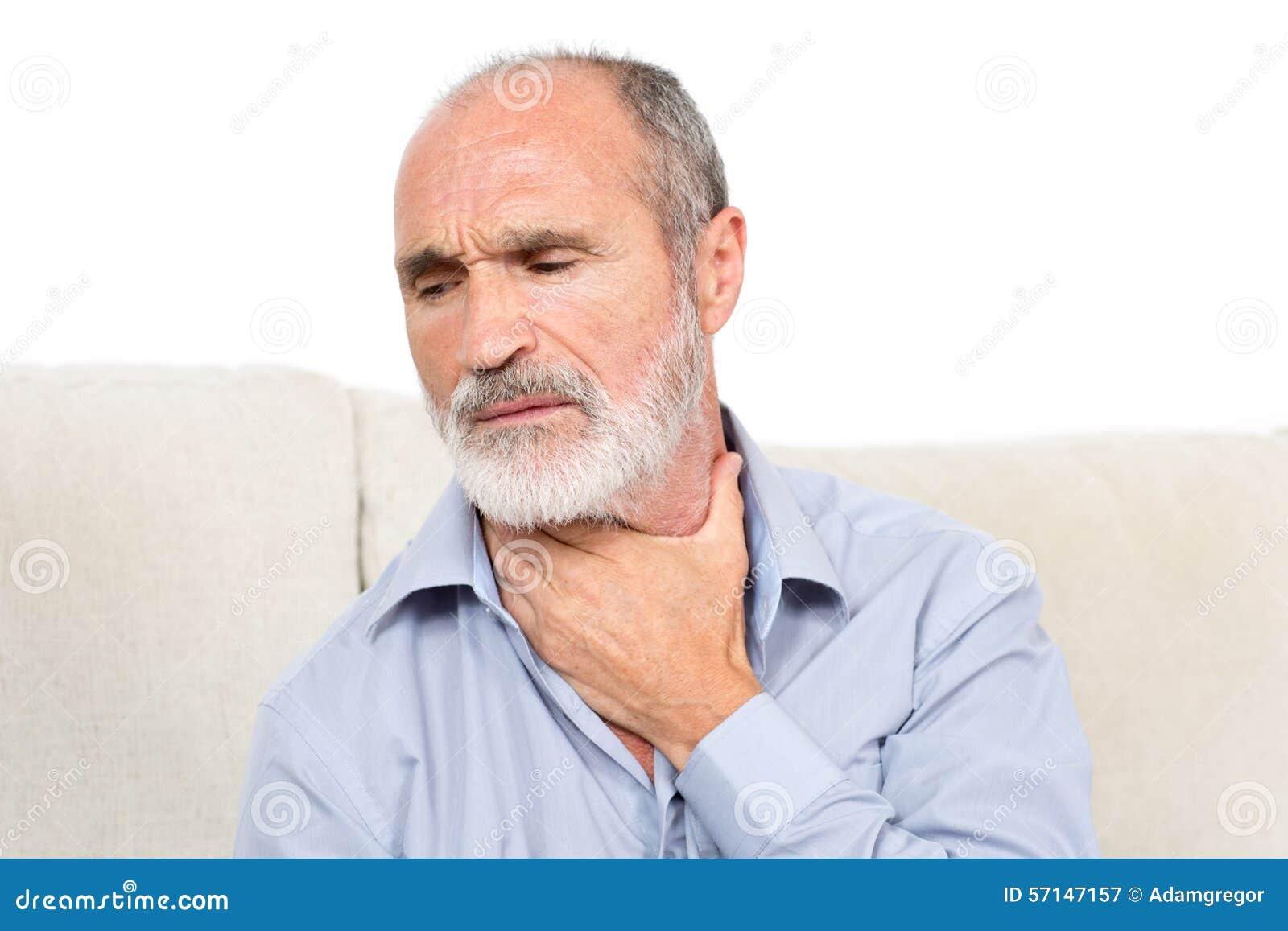 Homme de gorge endolorie