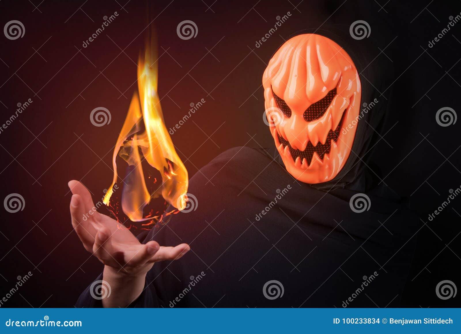 Homme de Halloween avec l aérolithe de contrôle de masque de potiron