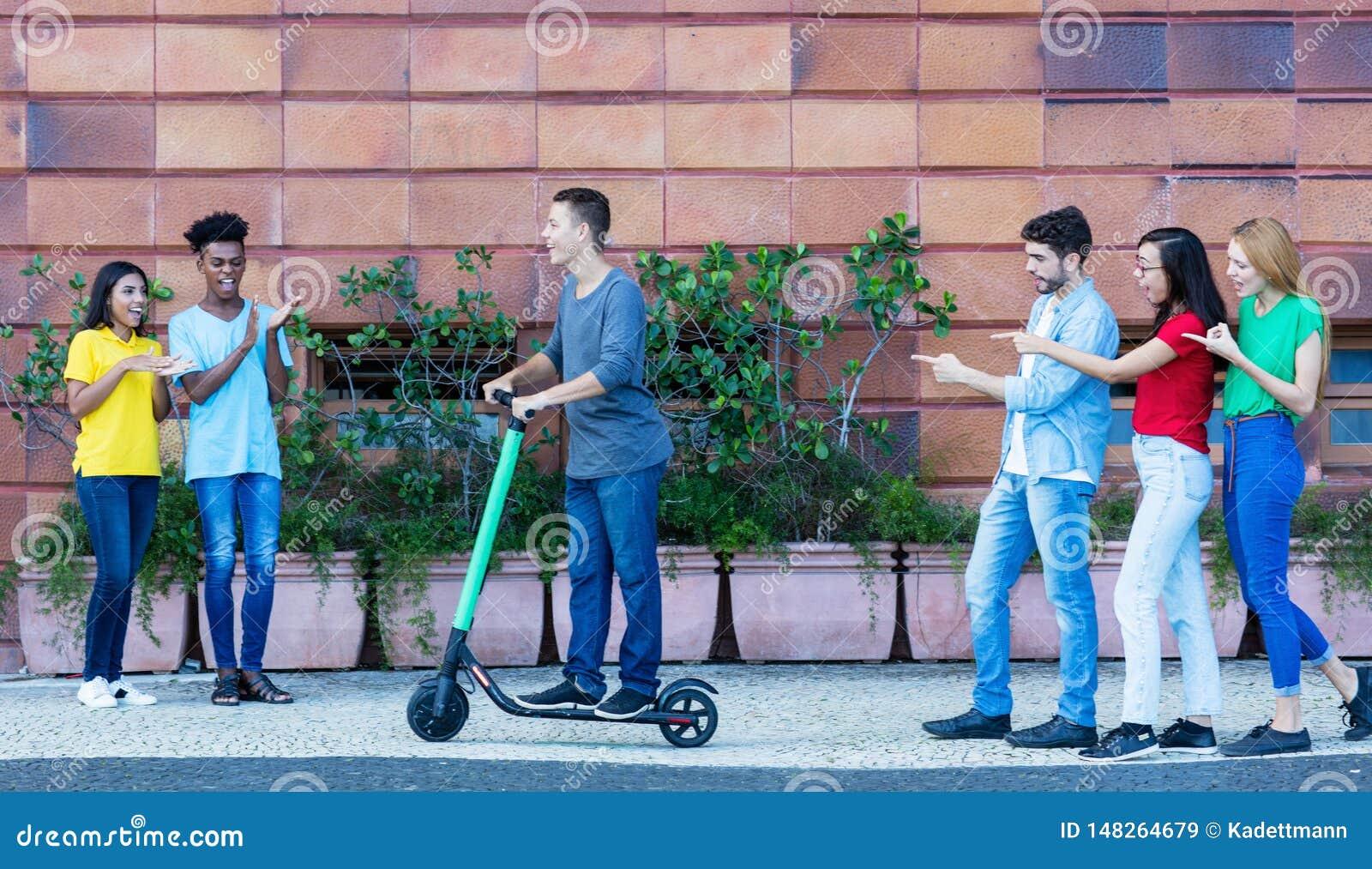 Homme de hippie conduisant le scooter électrique